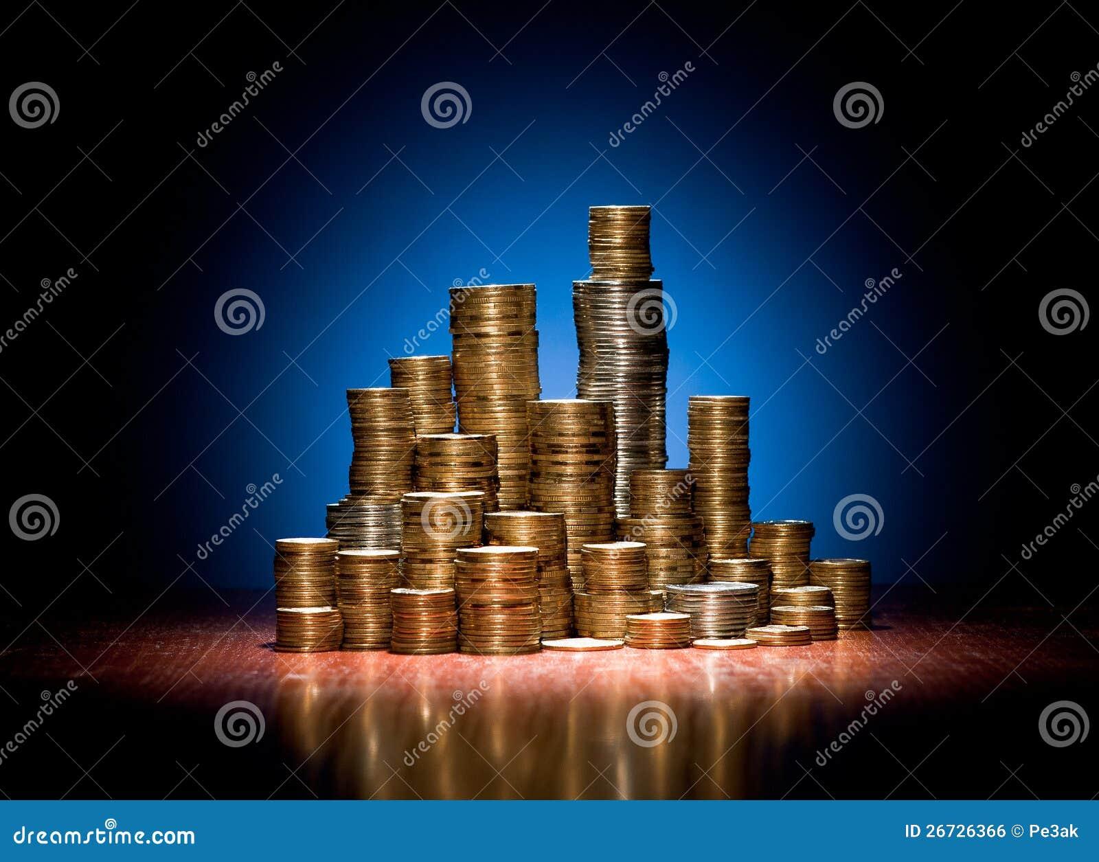 Les pièces de monnaie se sont pliées sur le bureau en bois comme