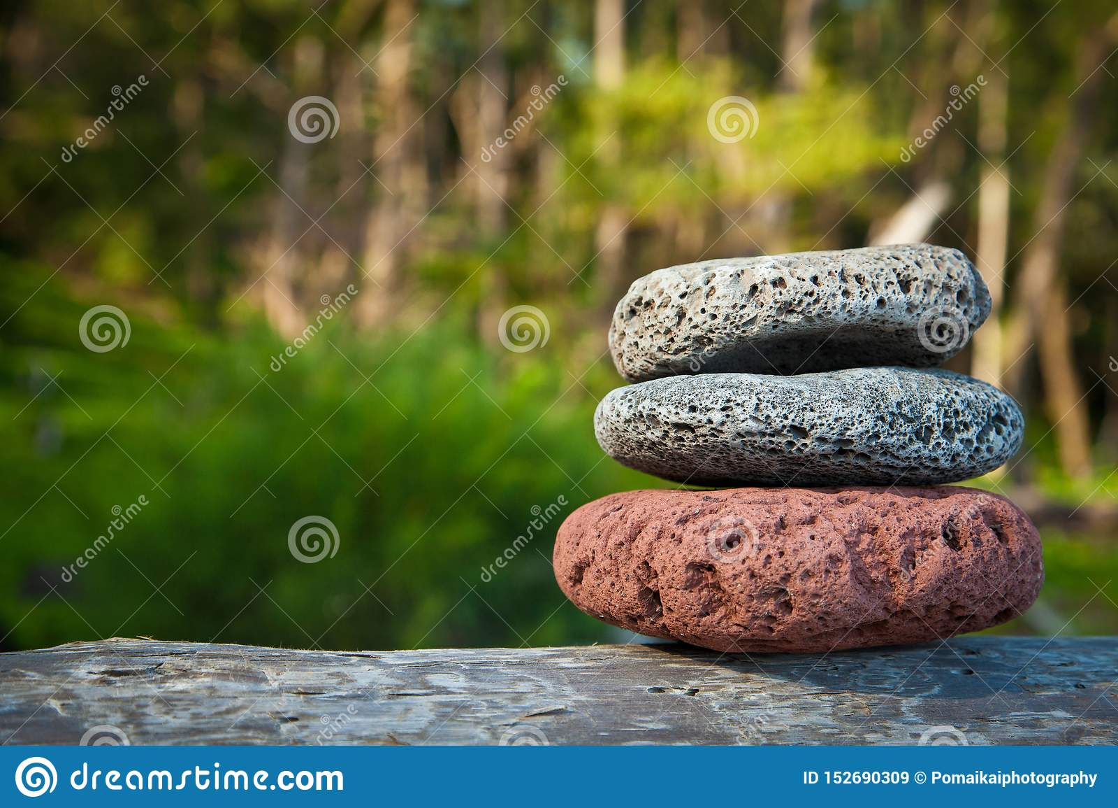 Les pierres de méditation ont équilibré des roches en nature