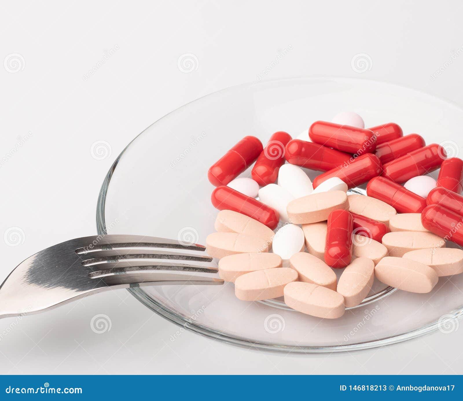 Les pilules m?dicales et les capsules rouges et blanches avec la m?decine sont sur un fond blanc