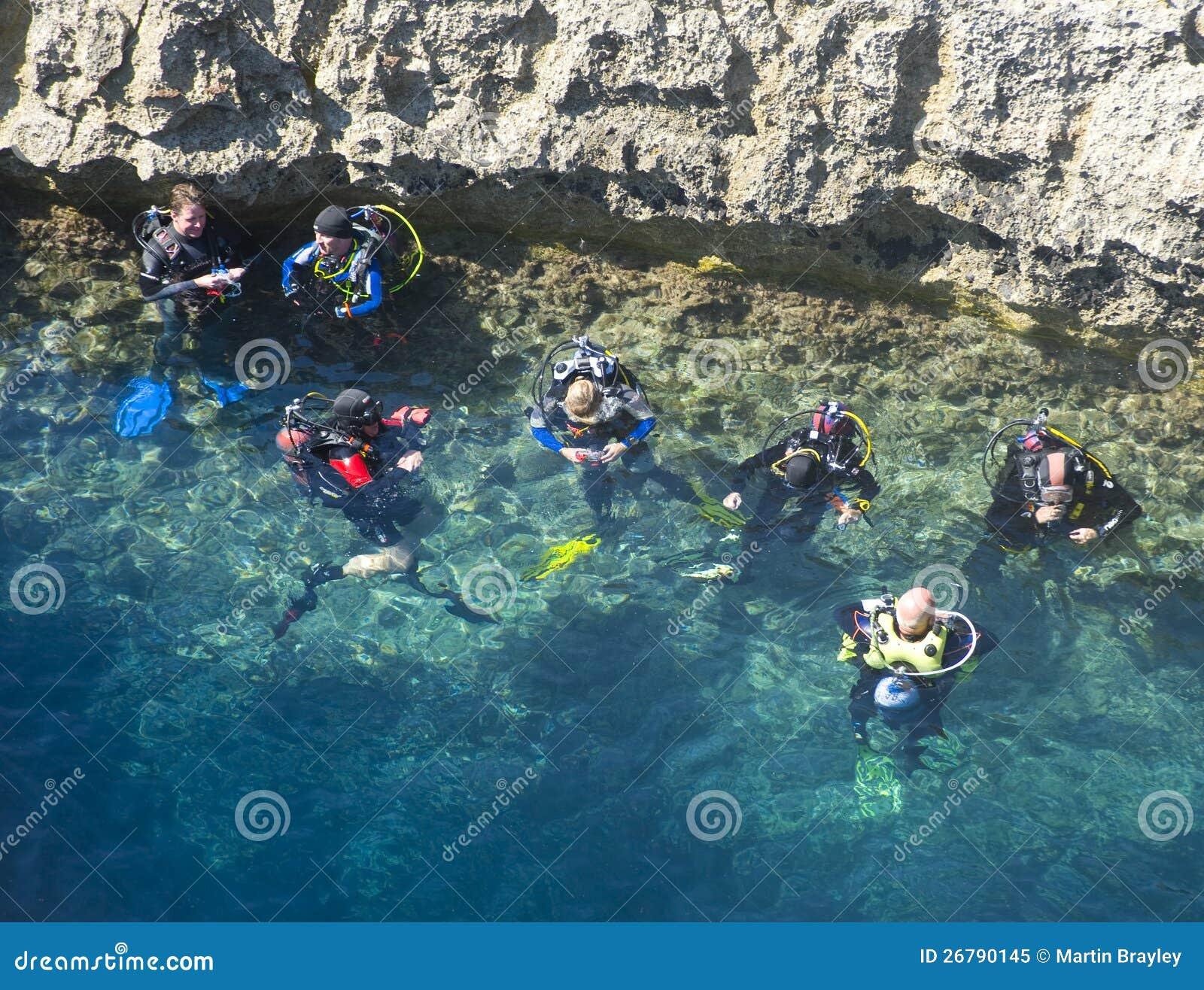 Les plongeurs disposent à foudroyer le piqué