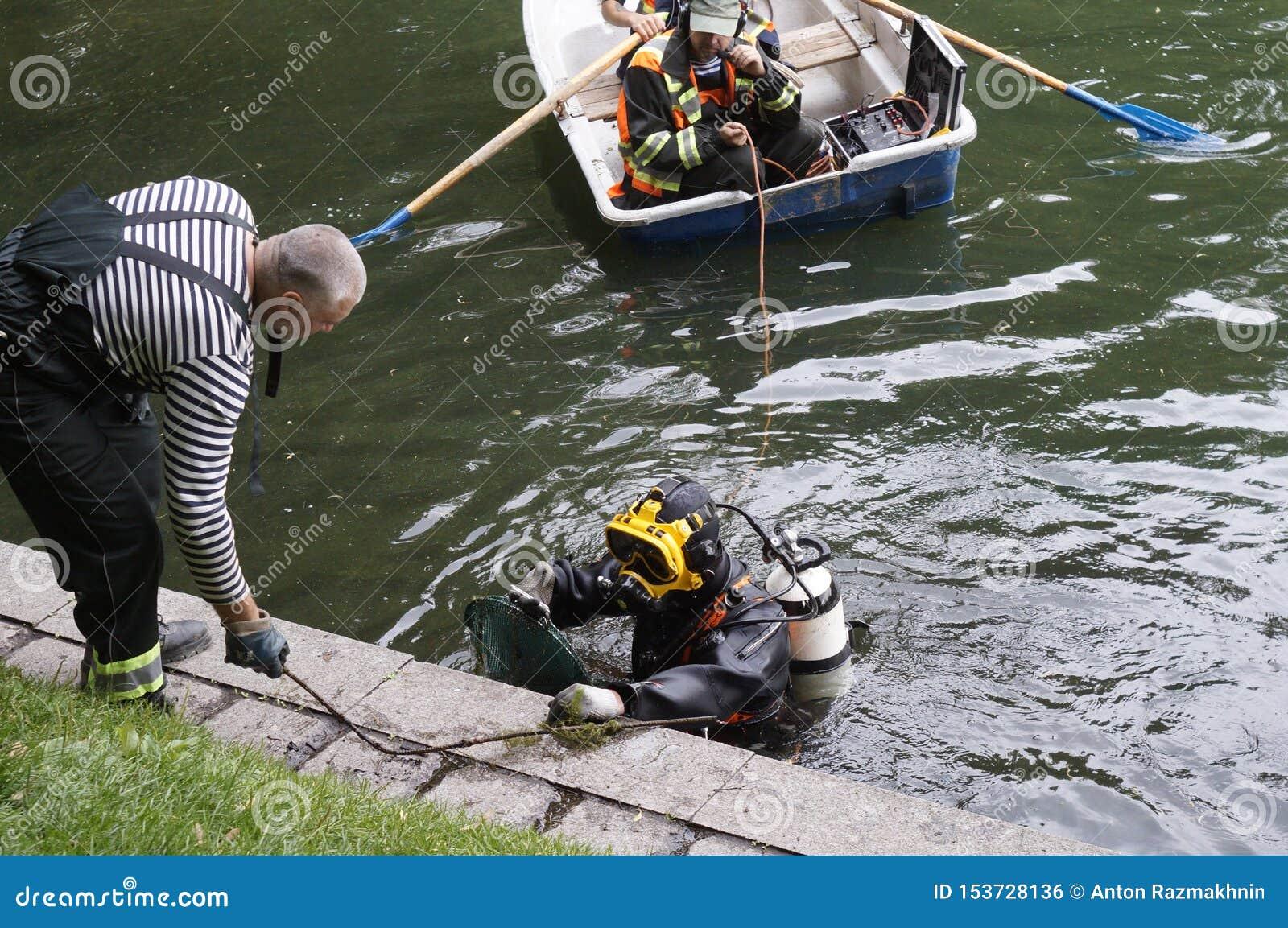 Les plongeurs nettoient l étang de Patriarshi, Moscou