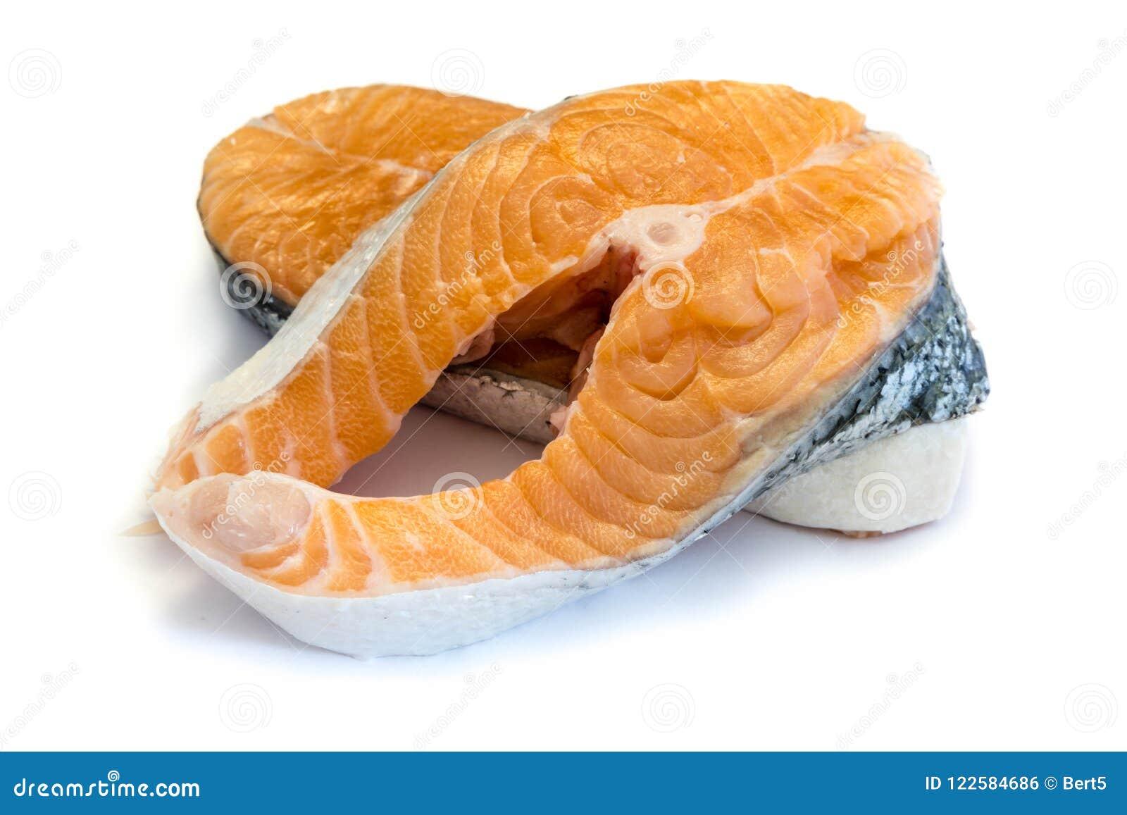Les poissons de fruits de mer de rangée de bifteck saumoné ont isolé le fond de blanc de coupe-circuit
