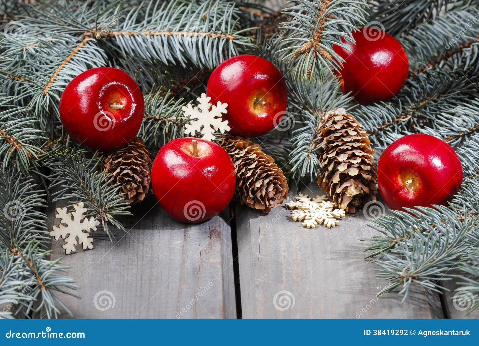 Les pommes et le sapin rouges s 39 embranchent avec des c nes sur la table en bois photo stock - Sapin de noel avec racine ...