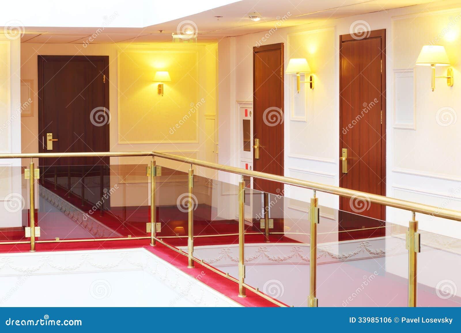 Les portes en bois s 39 approchent des balcons d 39 int rieur for Balustrade bois interieur