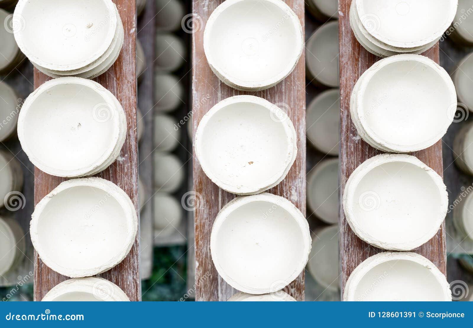 Les pots d argile blancs faits main sèchent sur les planches en bois Vue supérieure Atelier, usine