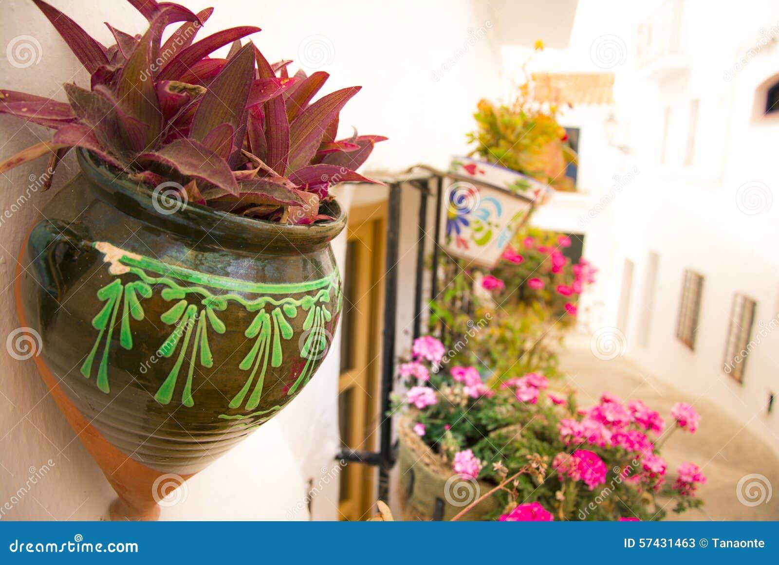 Les pots de fleurs ont accroch sur le mur dans andalousie - Accroche pot de fleur ...