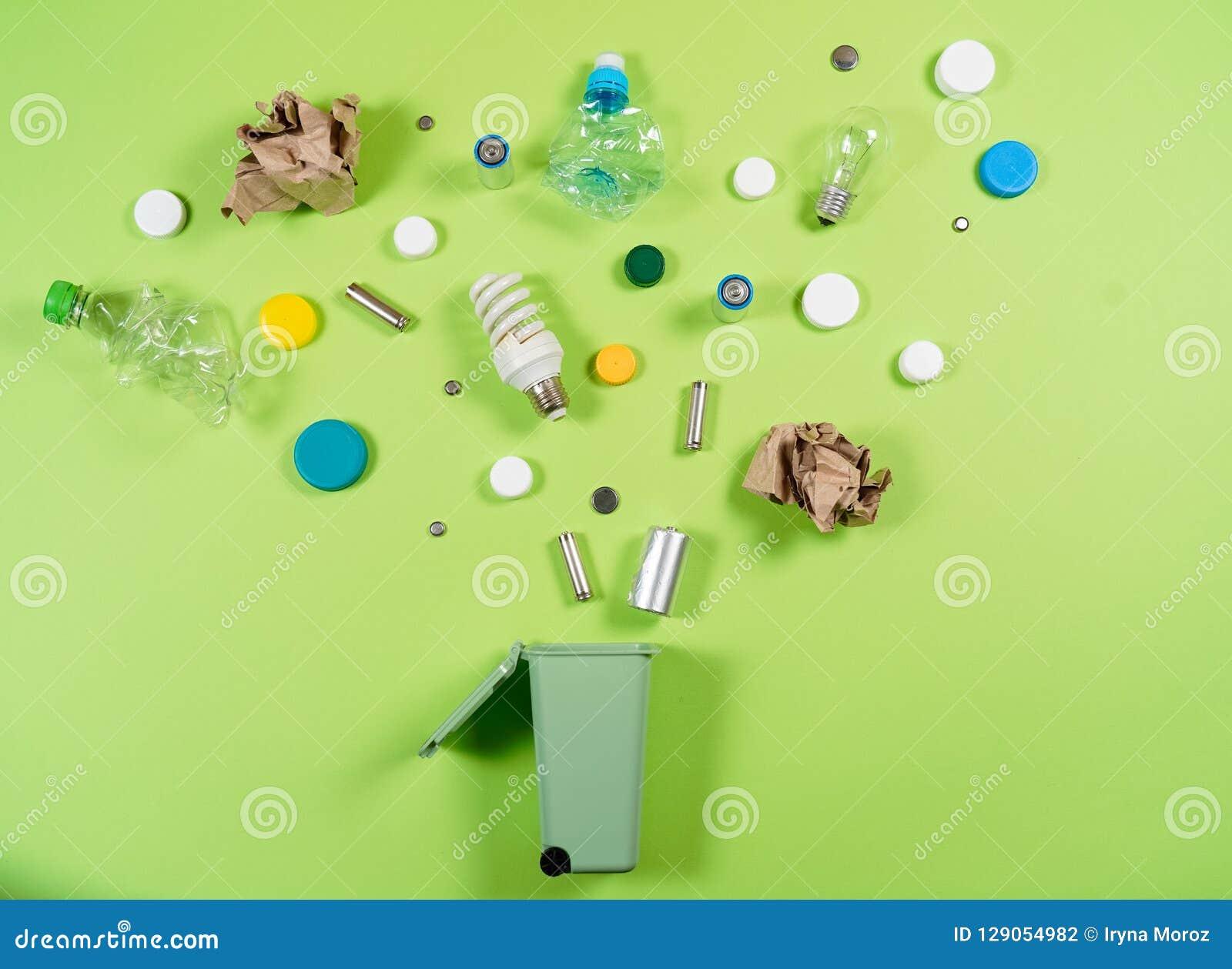 Les poubelles et les déchets assortis d isolement sur le vert, réutilisent le conce
