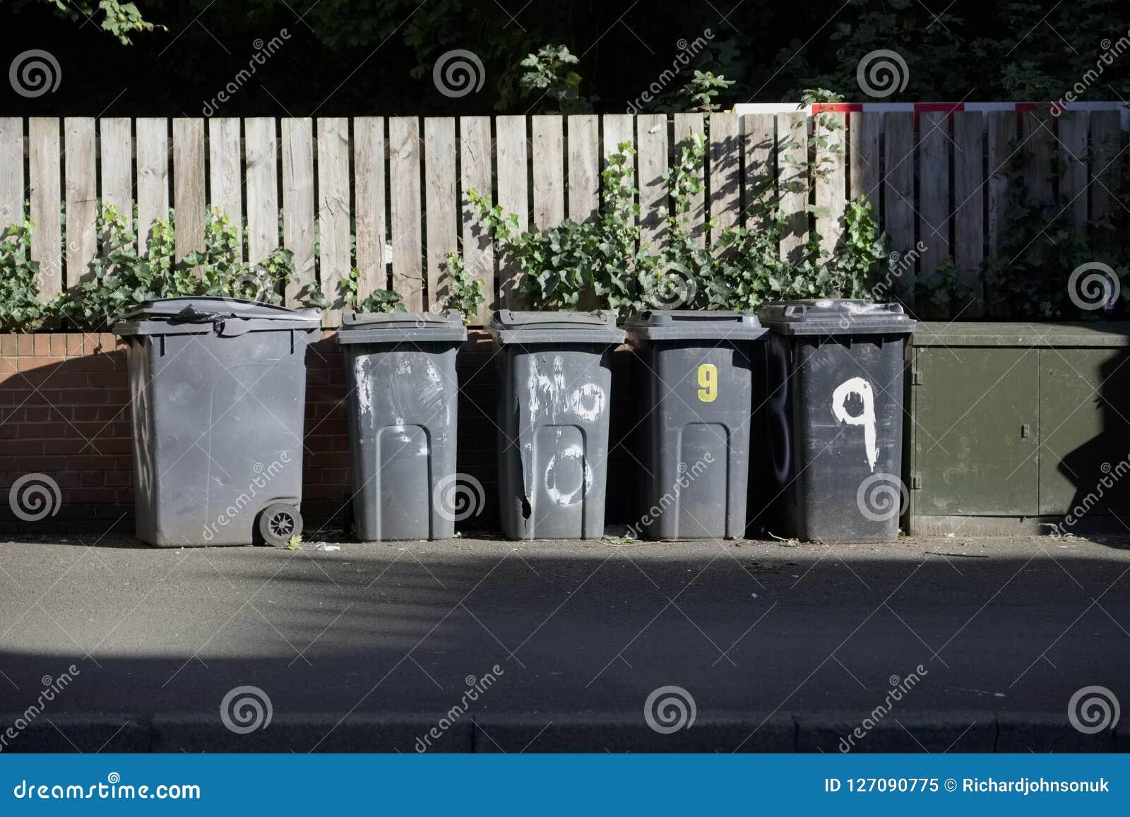 Poubelles Noires De Jardin les poubelles noires de wheelie dans une rangée sur la rue