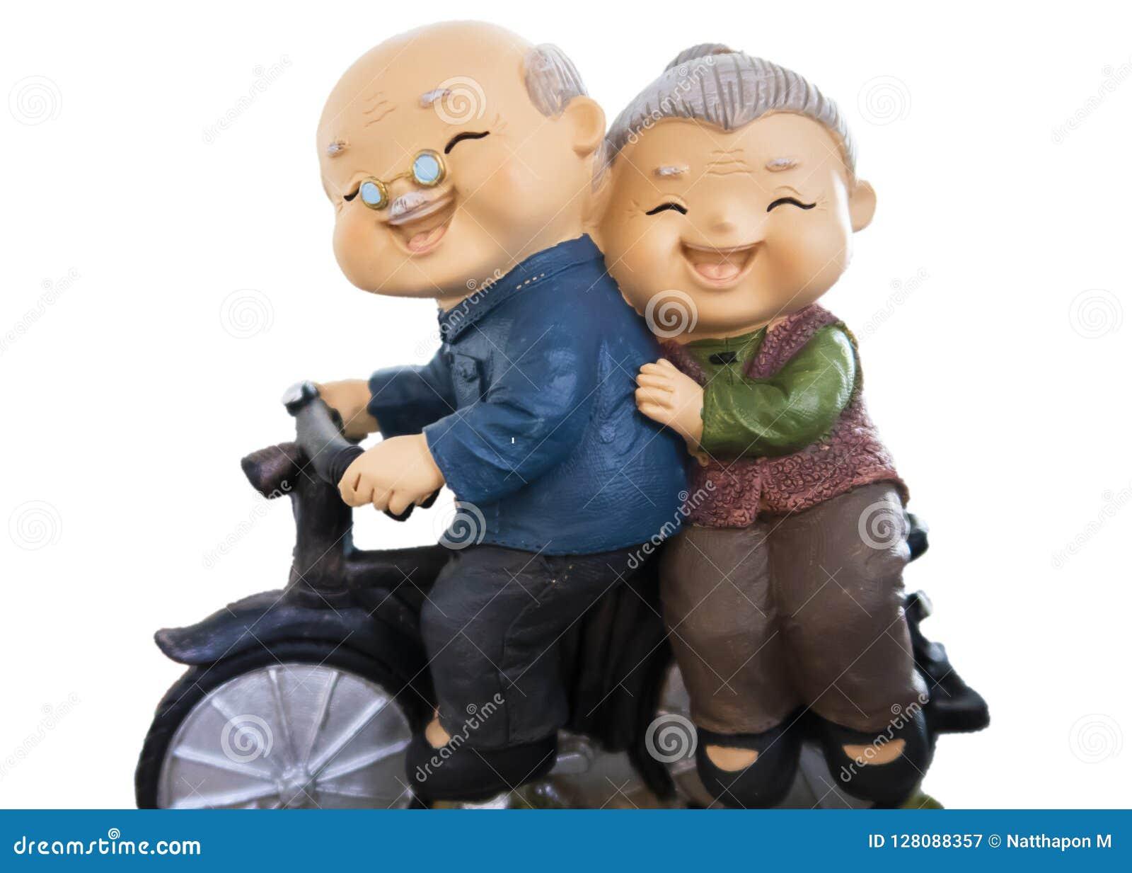 Les poupées mignonnes ayant le tour avec leur vélo d isolement sur le whitebackground incluent le chemin de coupure
