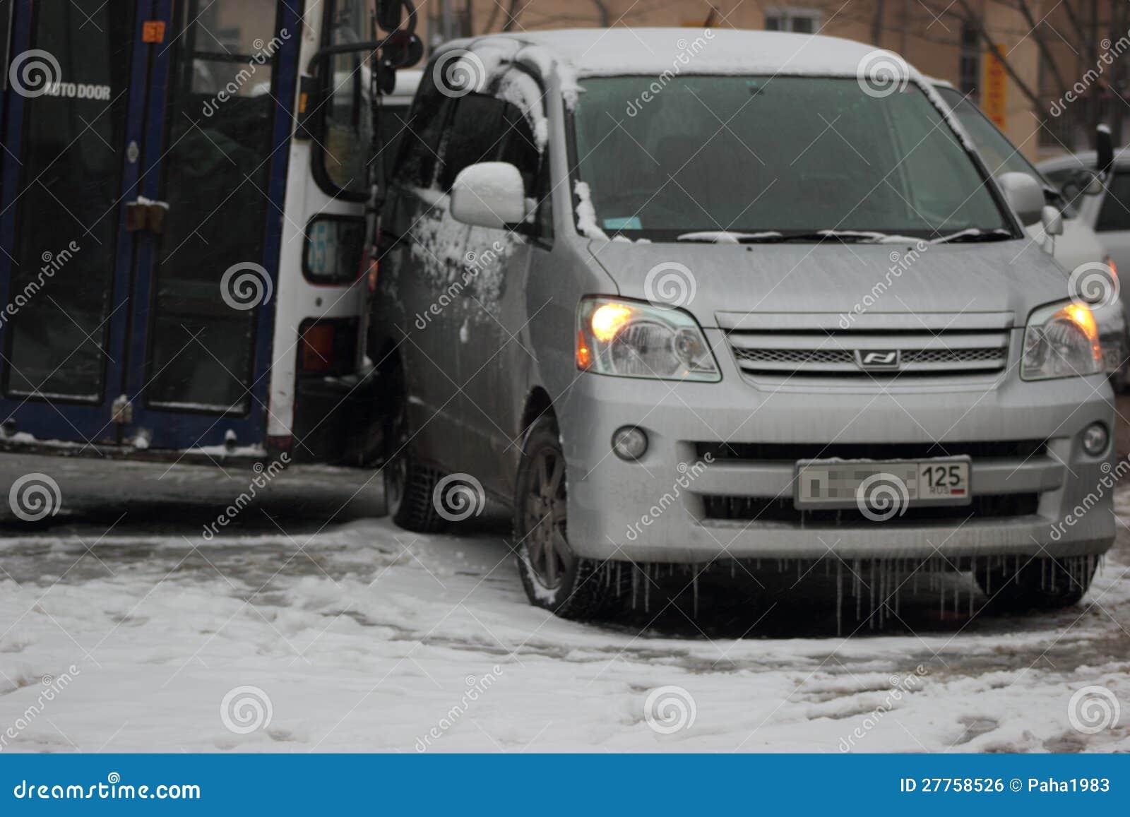 Les premières chutes de neige principales dans Vladivostok.