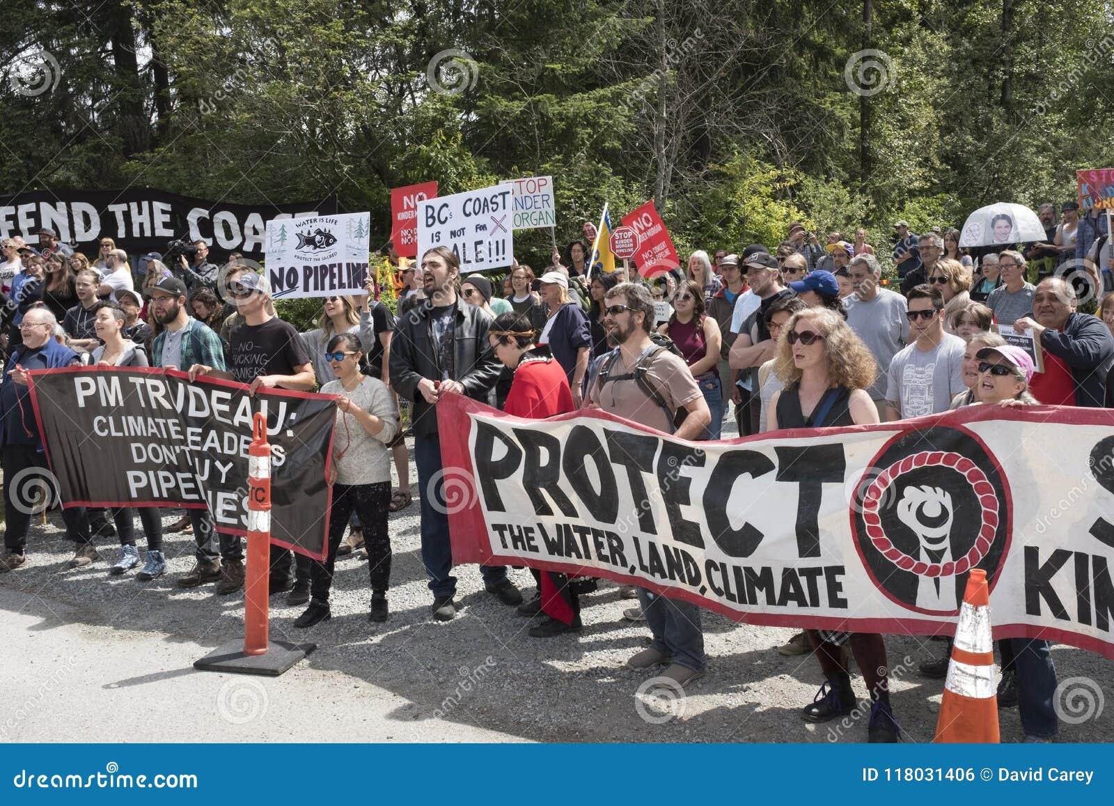 Les protestataires de Kinder Morgan contre l achat du ` s de gouvernement de la canalisation de Kinder Morgan projettent
