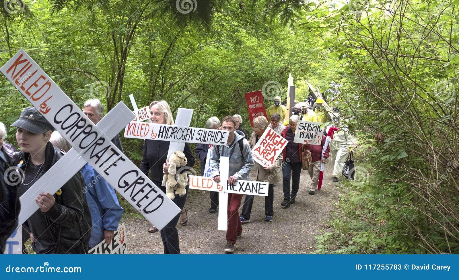 Les protestataires de Kinder Morgan marchent à la porte de ferme de réservoir de Kinder Morgan dans Burnaby, AVANT JÉSUS CHRIST
