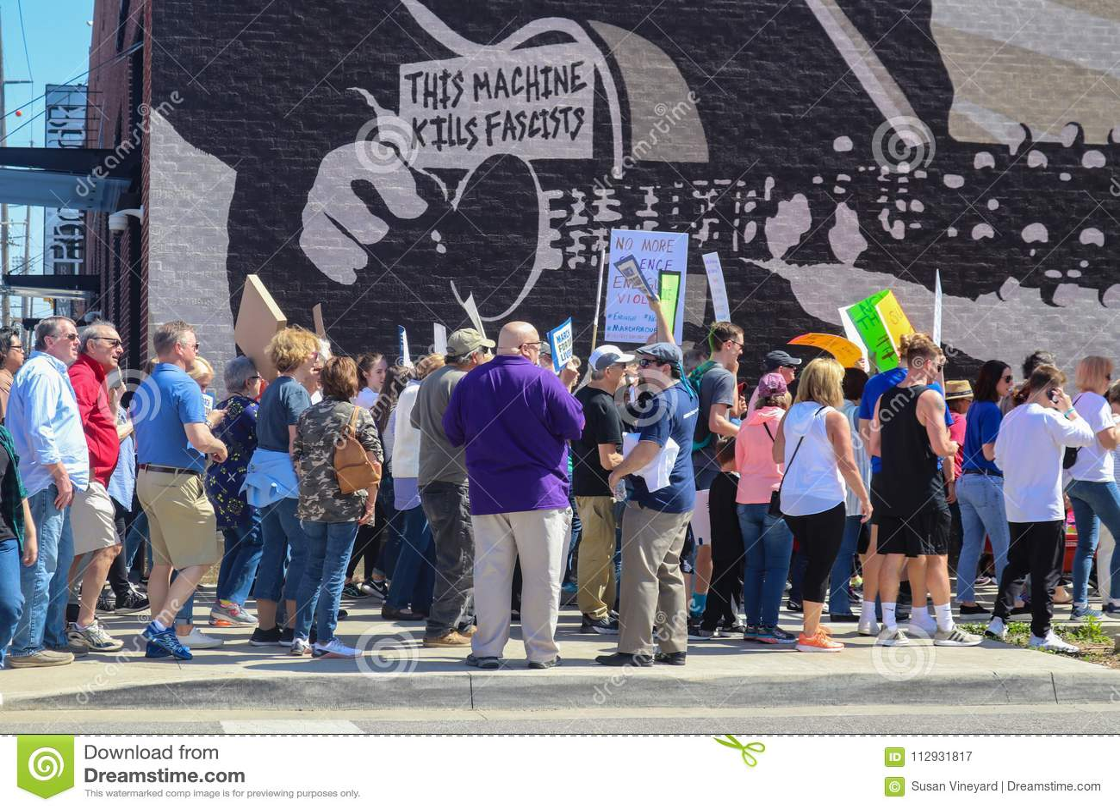 Les protestateurs marchent après la peinture murale en bois de Guthrie qui indique les fascistes n Tulsa Oklahom Etats-Unis 3 de