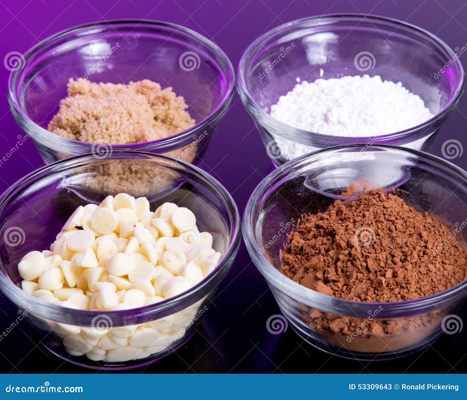 les puces de chocolat blanc d ingr dients de cuisson sucre roux ont saupoudr le sucre et le. Black Bedroom Furniture Sets. Home Design Ideas