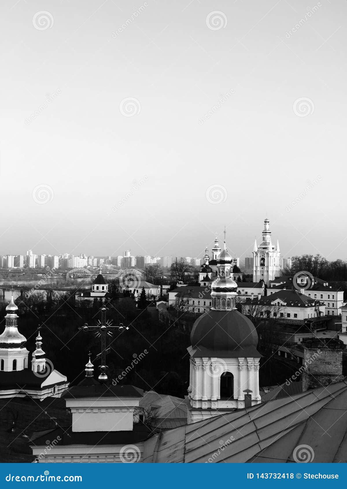 Les résidences soviétiques contrastent les églises de Kiev - de l Ukraine - de KIEV ou de KIEV