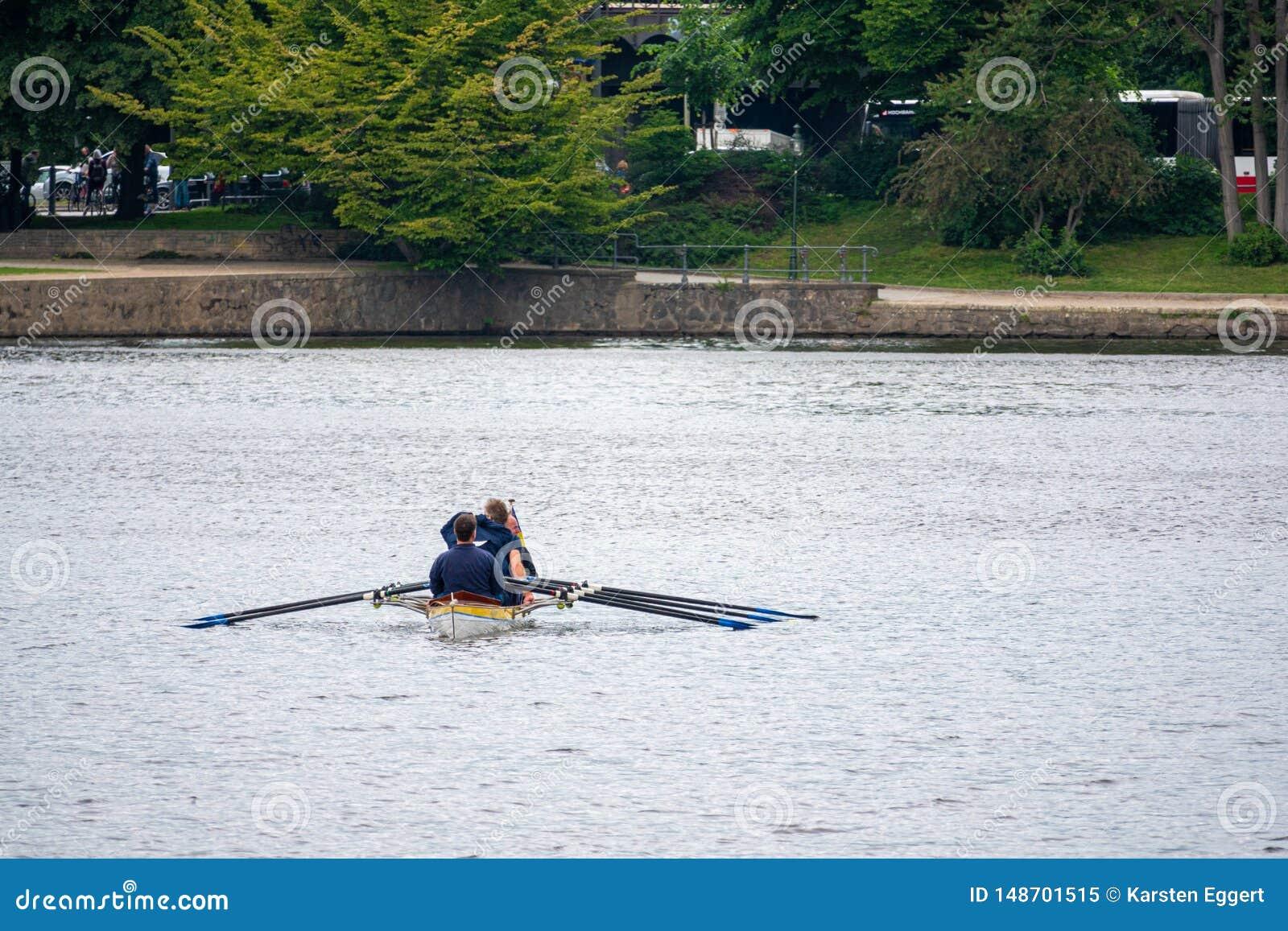 Les rameurs reposent dans des sports bateau et attente pour le début de la course
