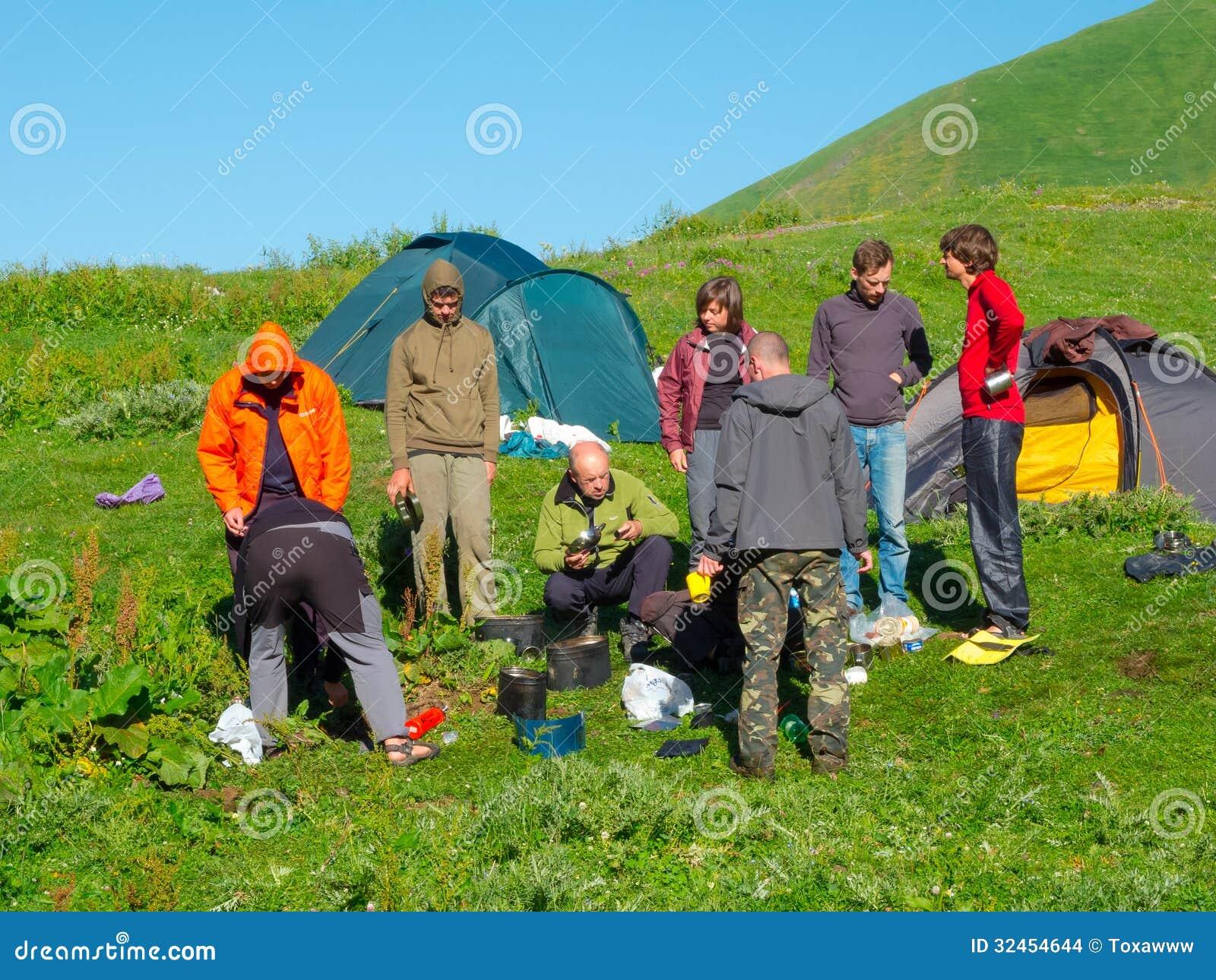 Les randonneurs mangent le petit déjeuner au camp