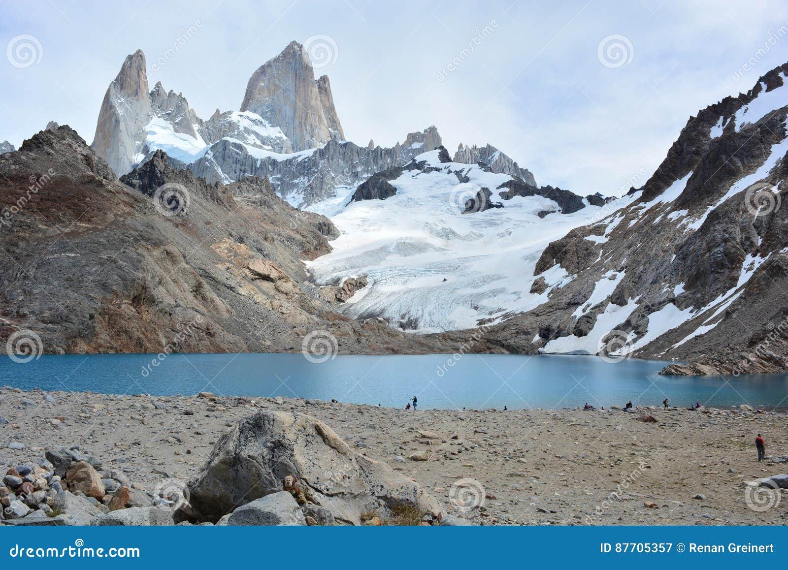 Les randonneurs non identifiés devant Fitz Roy font une pointe en parc national de visibilité directe Glaciares, EL Chaltén, Arg