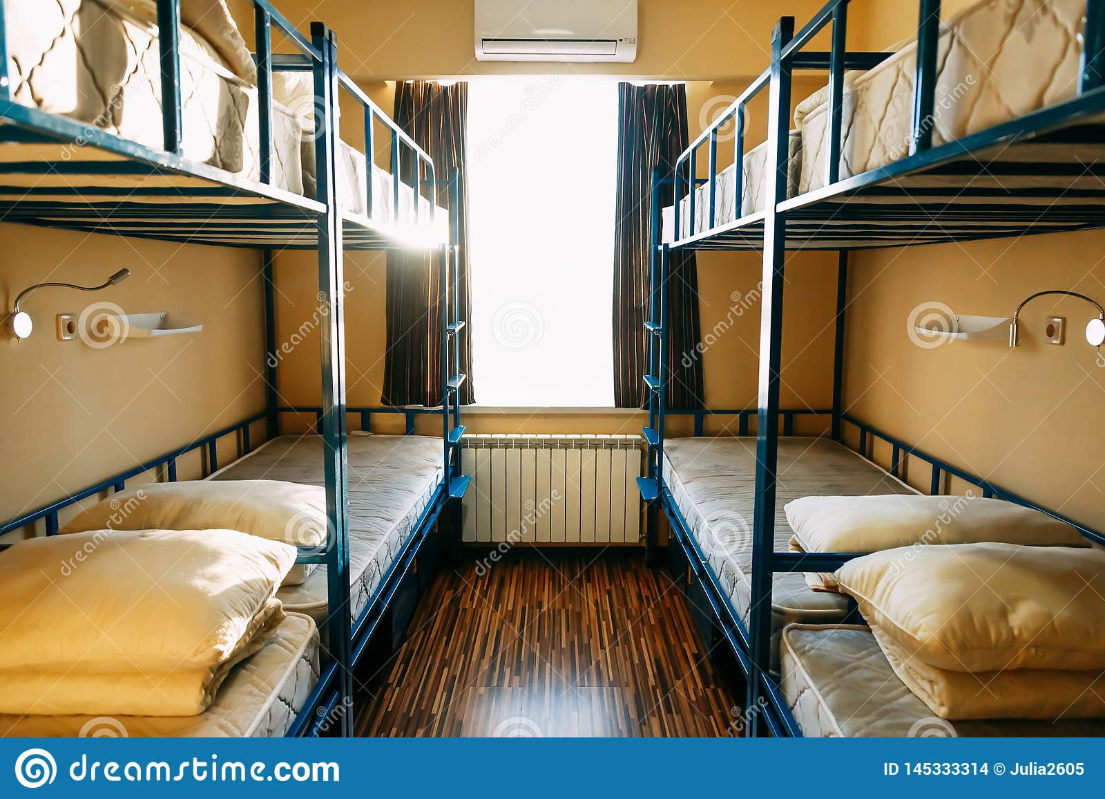 Les randonneurs restent dans l h?tel avec les lits modernes d autobus ? imp?riale ? l int?rieur de la salle de dortoir pour douze