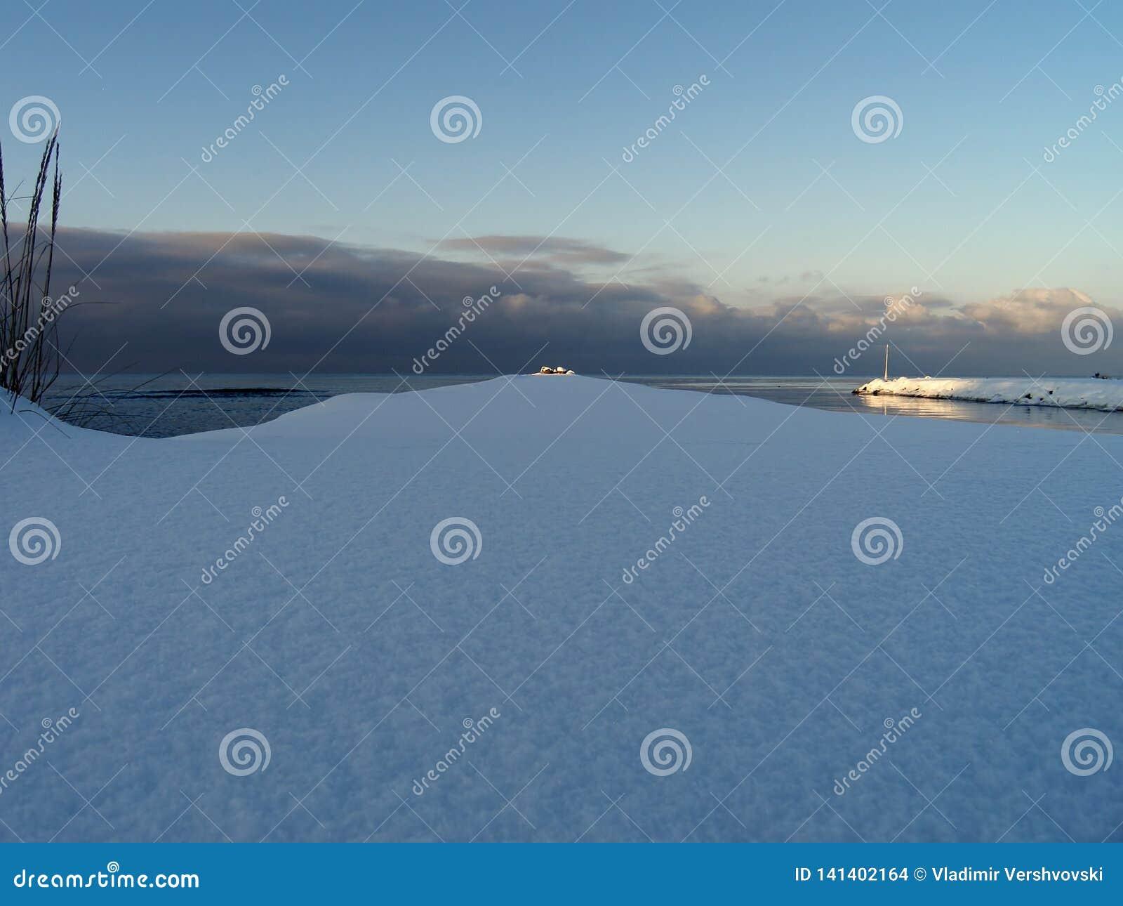 Les rayons du soleil illuminent l extrémité des brise-lames marins
