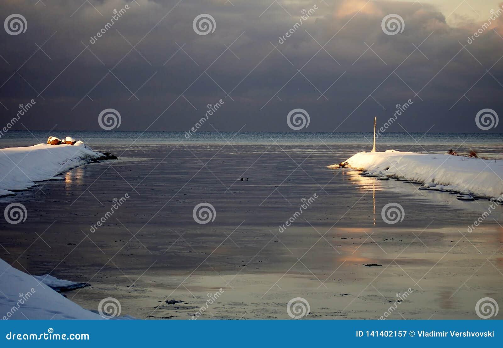 Les rayons du soleil illuminent la fin de l hiver marin de brise-lames