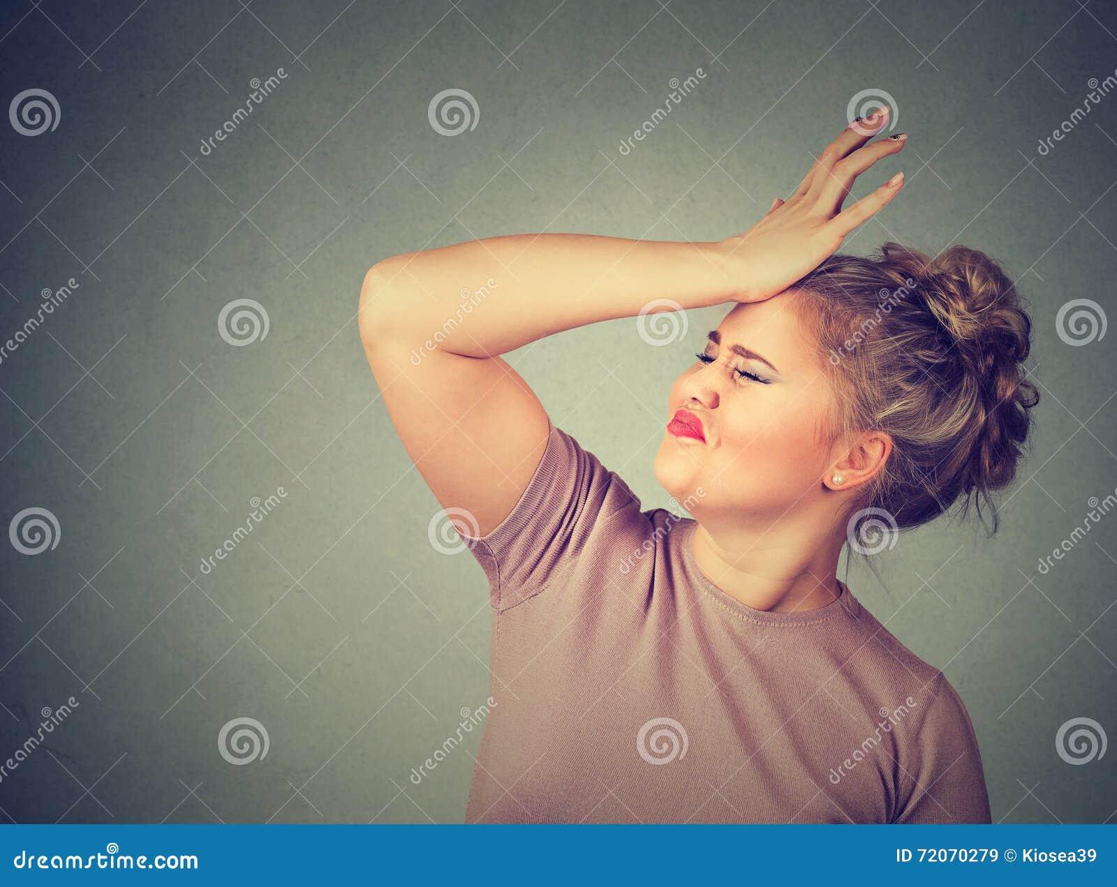 Les regrets font du tort faire Femme idiote, giflant la main sur la tête ayant duh le moment