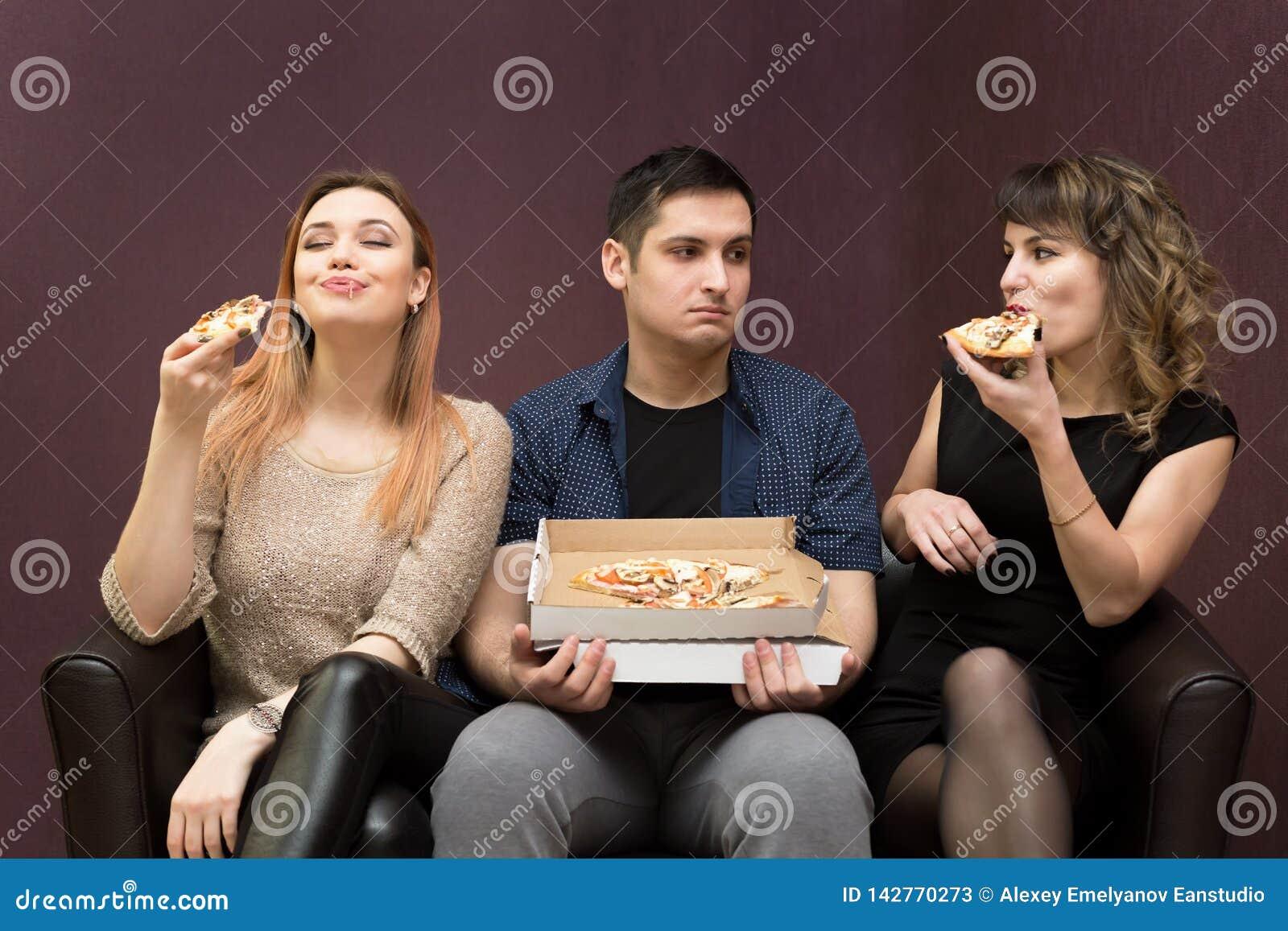 Les ressembler suivants un régime d homme aux amies mangent de la pizza