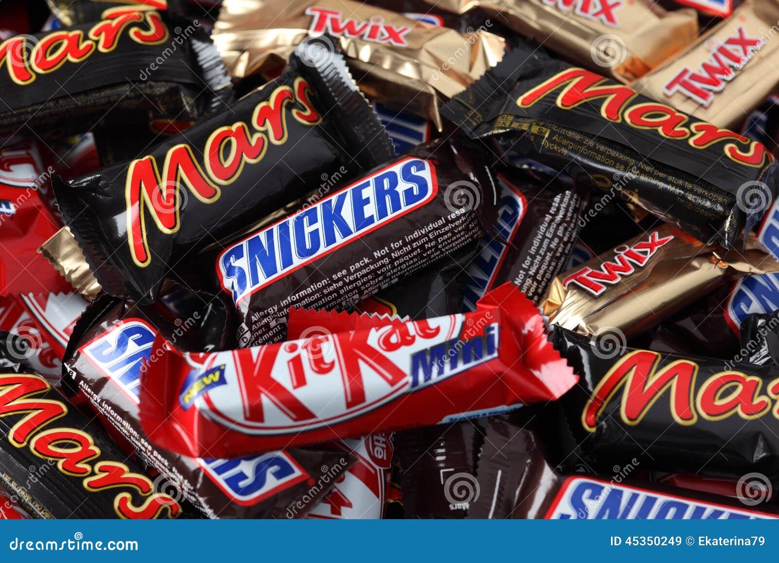 Les ricanements, Mars, Twix, friandises de minis de Kit Kat amassent