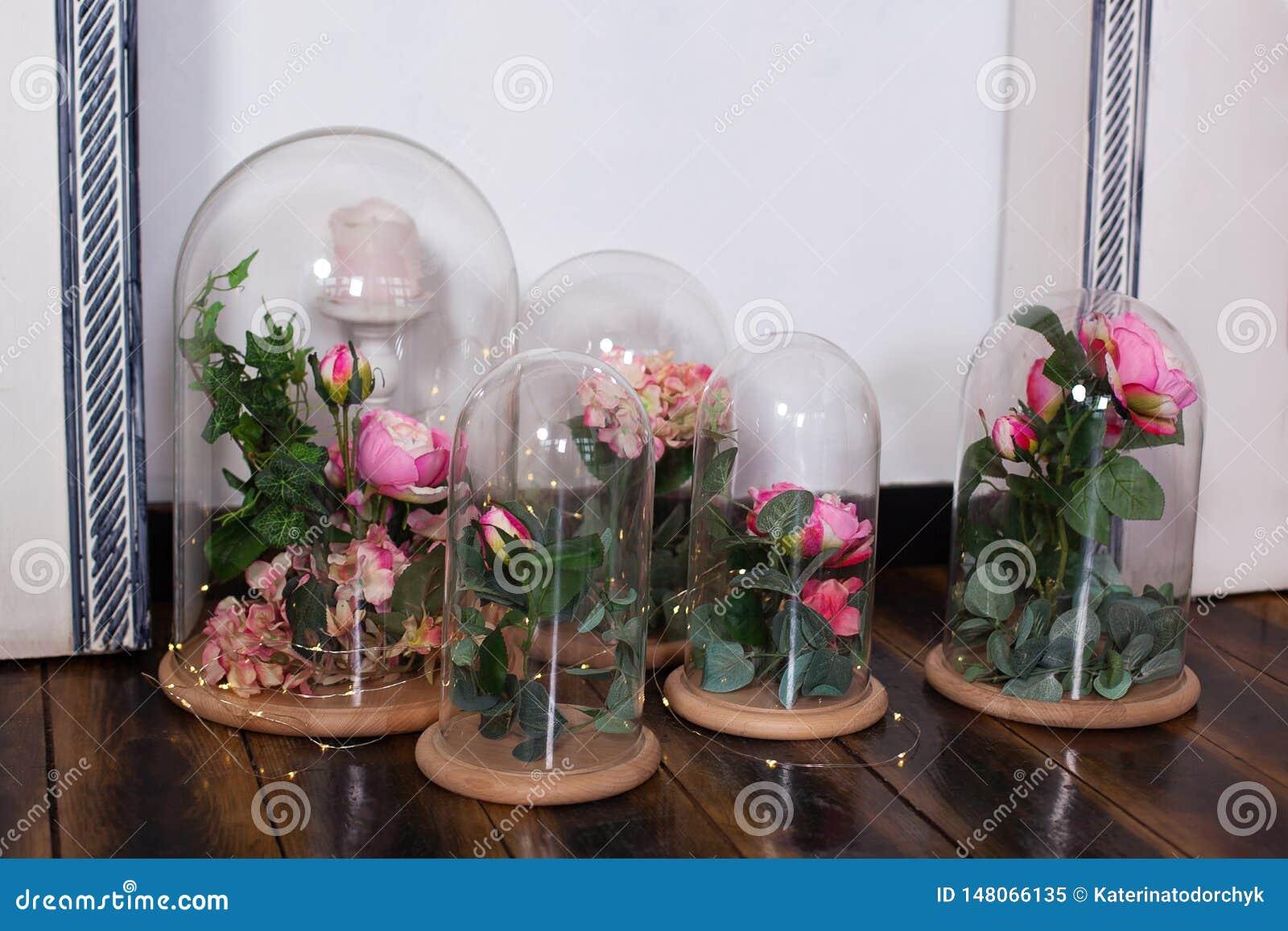 Les roses ?ternelles dans le flacon, plusieurs roses Durable s est levé dans un flacon, dans un dôme en verre, stabilisé Le cadea