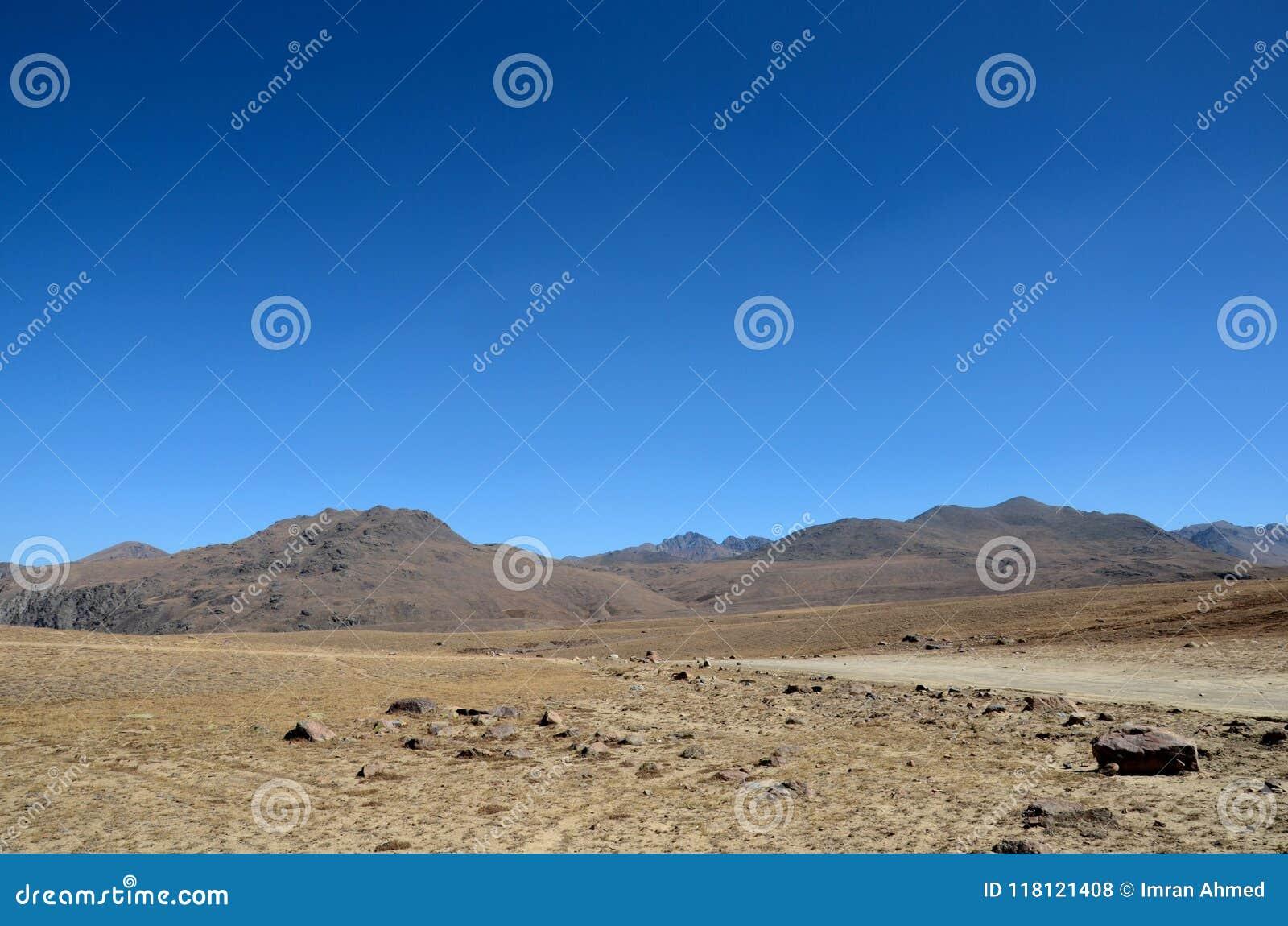 Les routes bifurquent en plaines sèches et stériles Gilgit-Baltistan Pakistan de Deosai