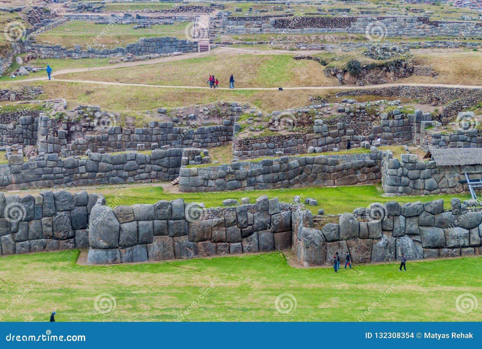 Les ruines de l Inca de visite de touristes de Sacsaywaman près de Cuzco