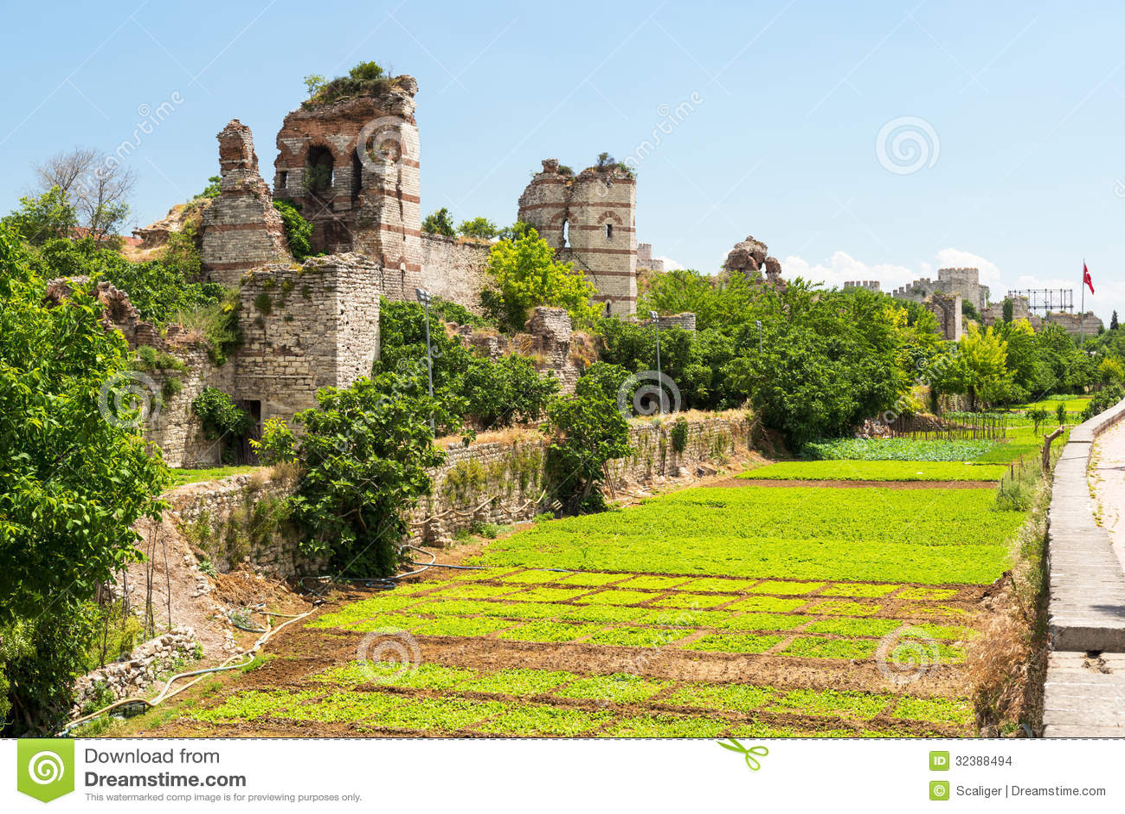 Les ruines des murs antiques célèbres de Constantinople à Istanbul
