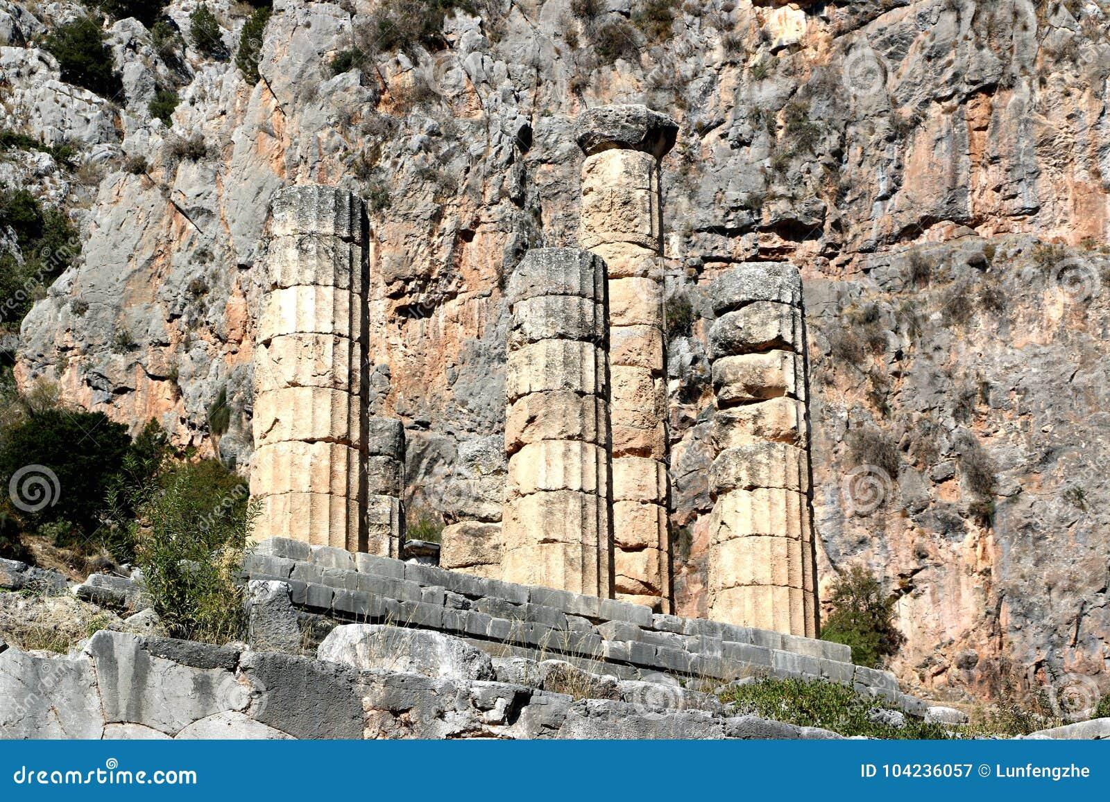Les ruines du temple d Apollo dans le site archéologique de Delphes en Grèce On a pensé que Delphes est le centre de la terre