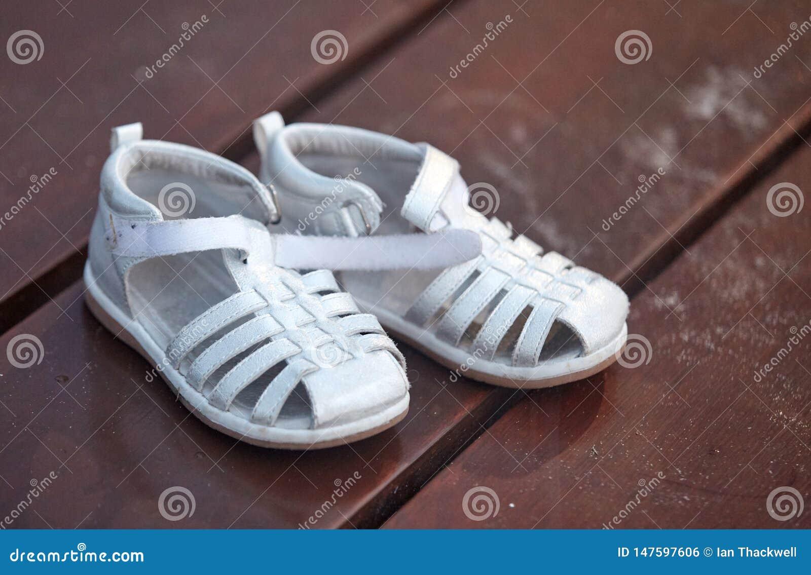 Les sandales des enfants sur la promenade