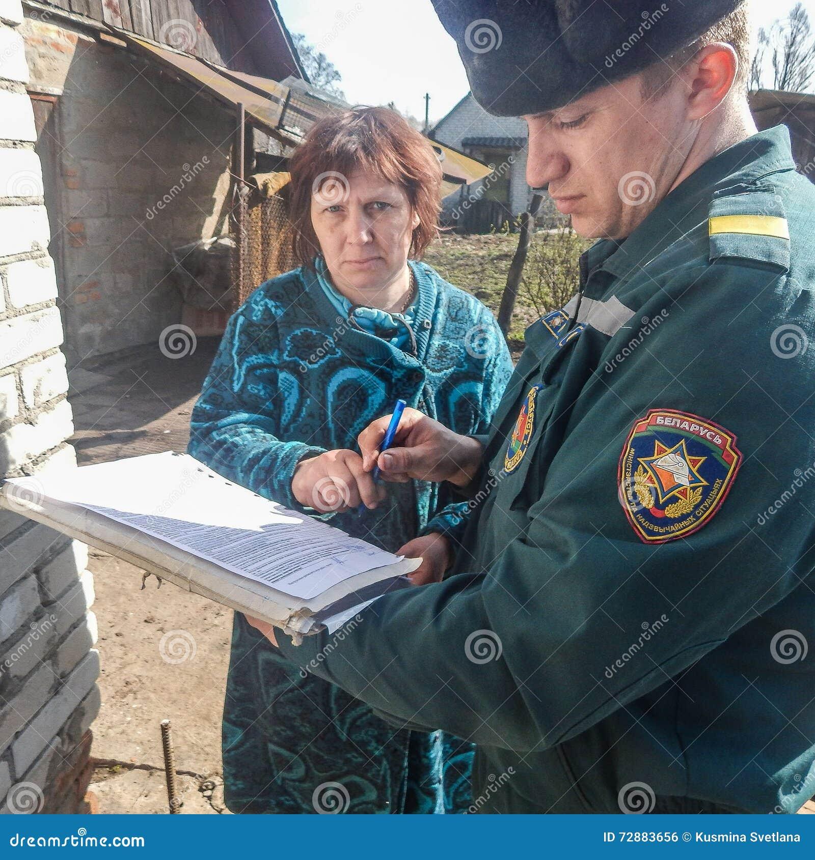 Les sapeurs-pompiers biélorusses inspectent des propriétés privées pour assurer la sécurité incendie dans la région de Gomel