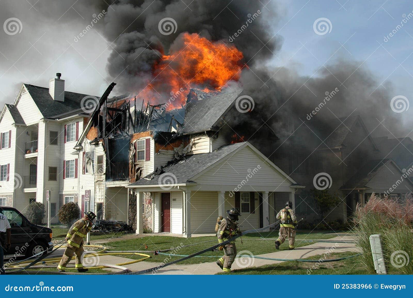 Les sapeurs-pompiers luttent un incendie d appartement