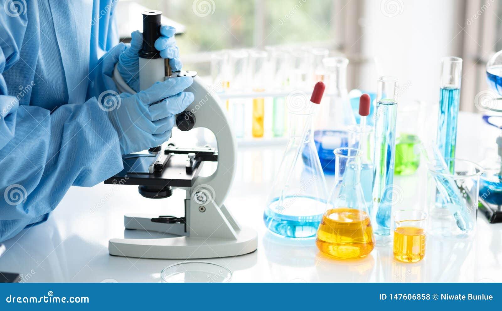 Les scientifiques recherche, analysent des formules chimiques, résultats d essai biologiques, professeur ont découvert une nouvel