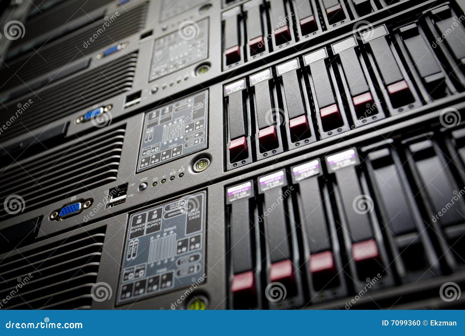 Les serveurs empilent avec les unités de disque dur dans un datacenter