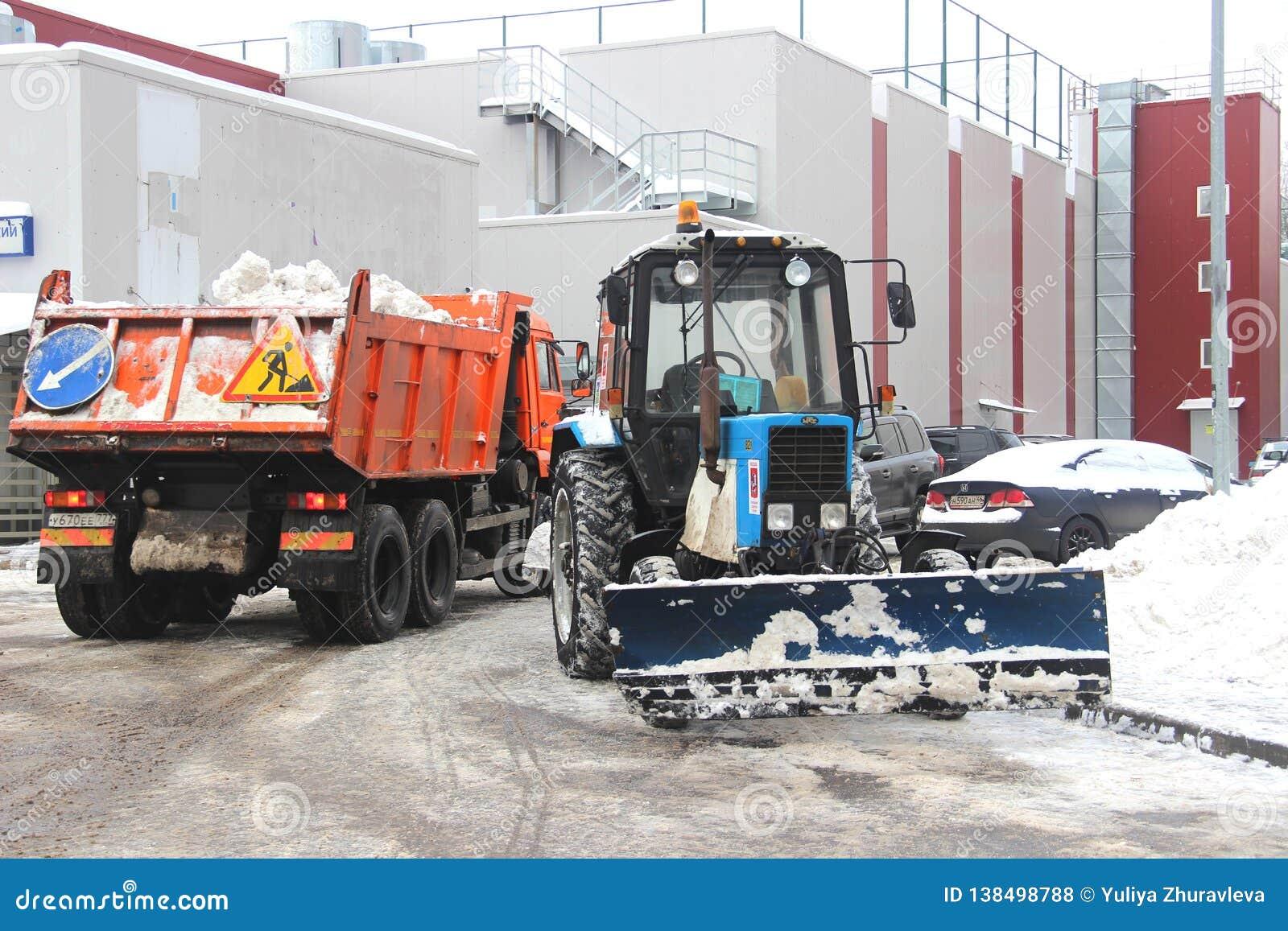 Les services de ville équipement spécial de déblaiement de neige après des chutes de neige utilités urbaines Le tracteur charge l