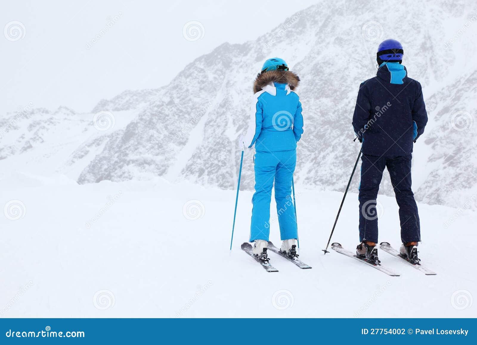 Les skieurs de femme et d homme regardent la pente