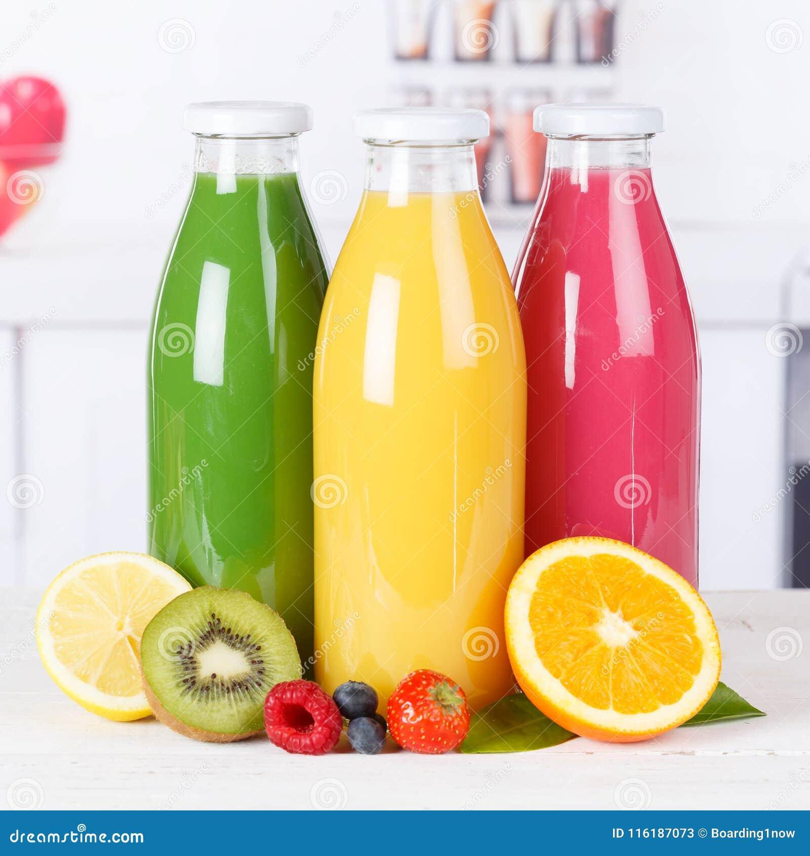 Les smoothies oranges de smoothie de jus dans la cuisine mettent le fruit en bouteille carré f