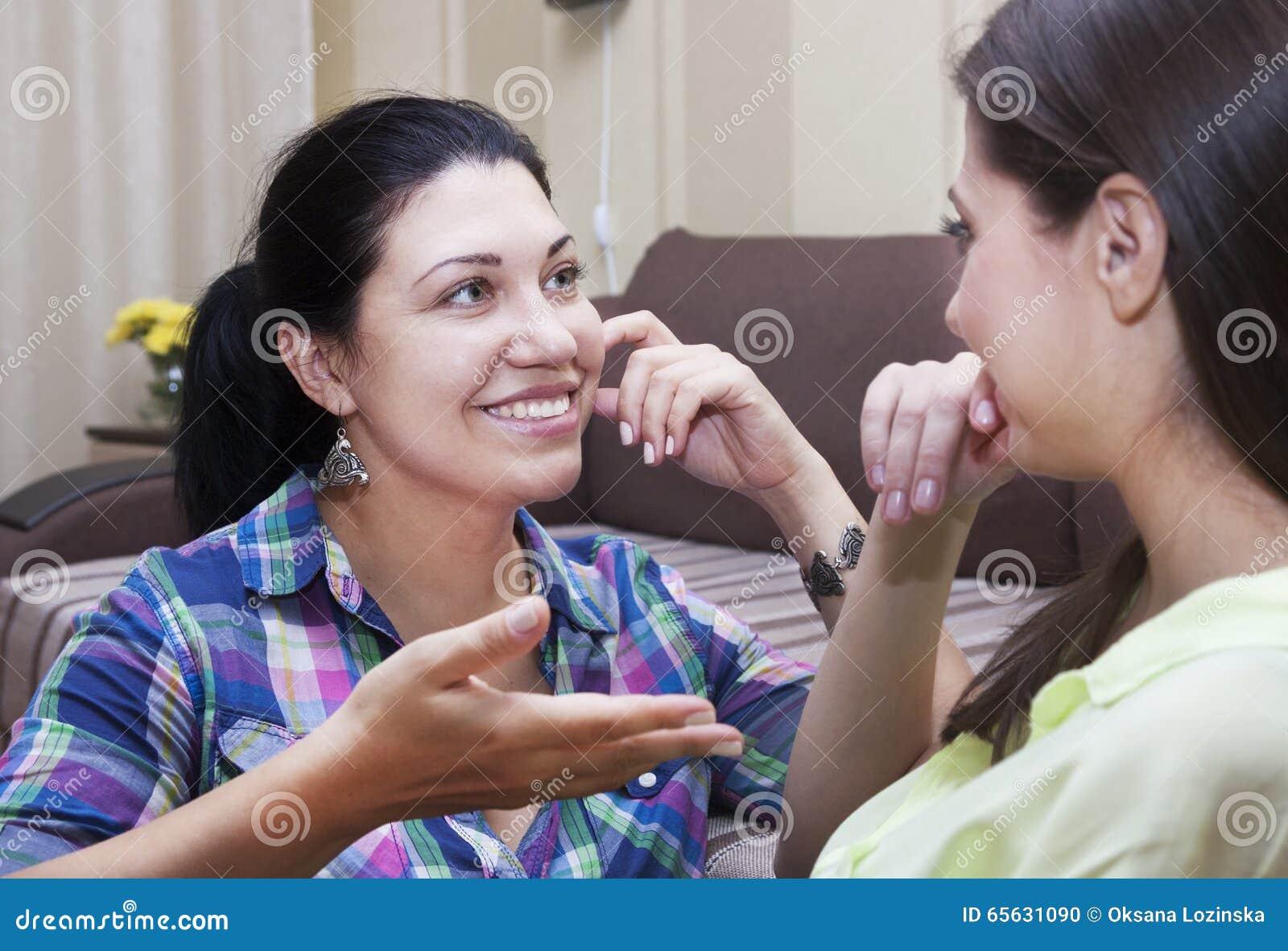 Les soeurs adultes communiquent