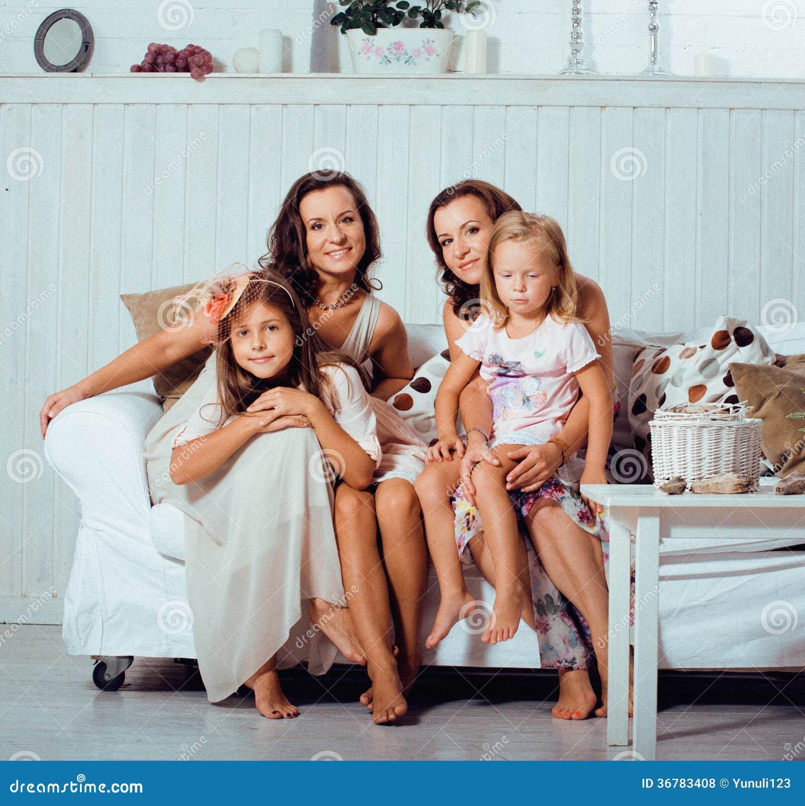Les soeurs m res jumelle la maison avec la petite fille famille heureuse photos libres de - Regarder 7 a la maison gratuitement ...