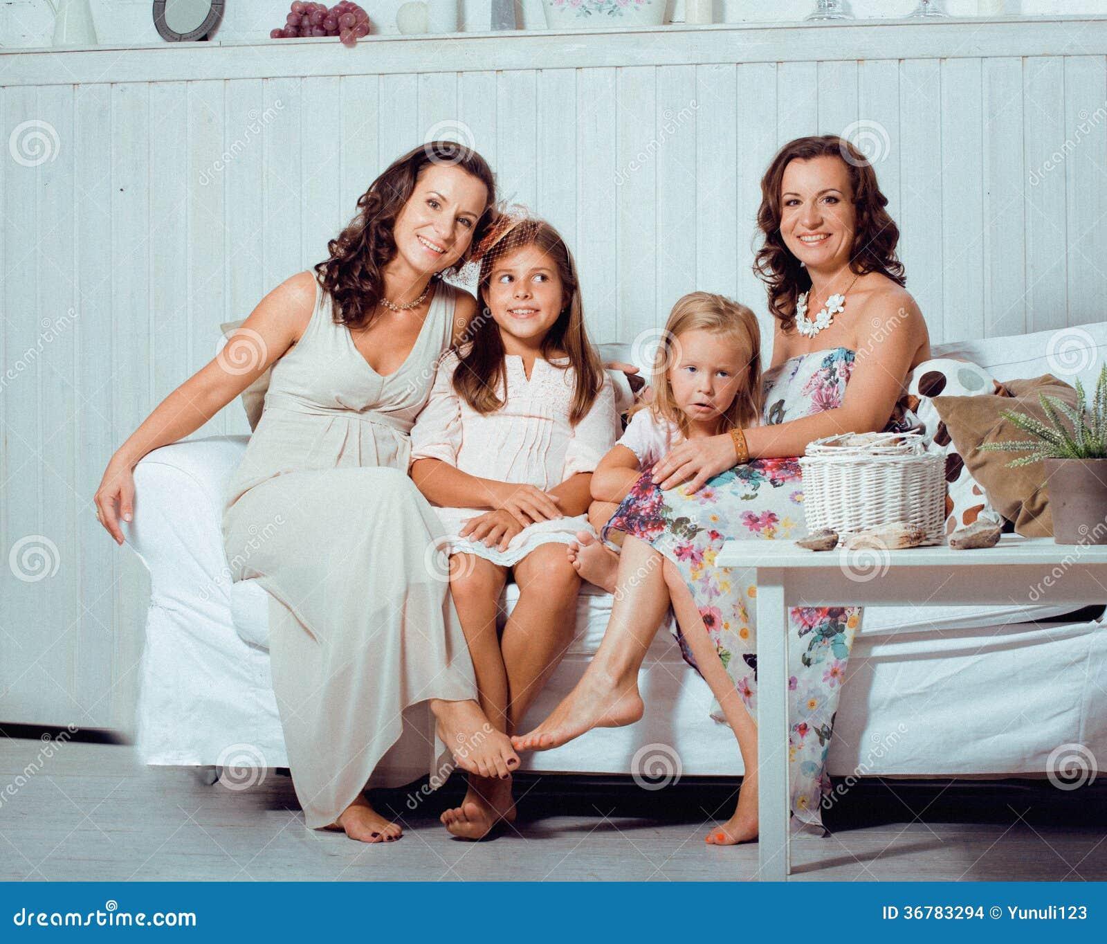 les soeurs m res jumelle la maison avec la petite fille famille heureuse images stock image. Black Bedroom Furniture Sets. Home Design Ideas