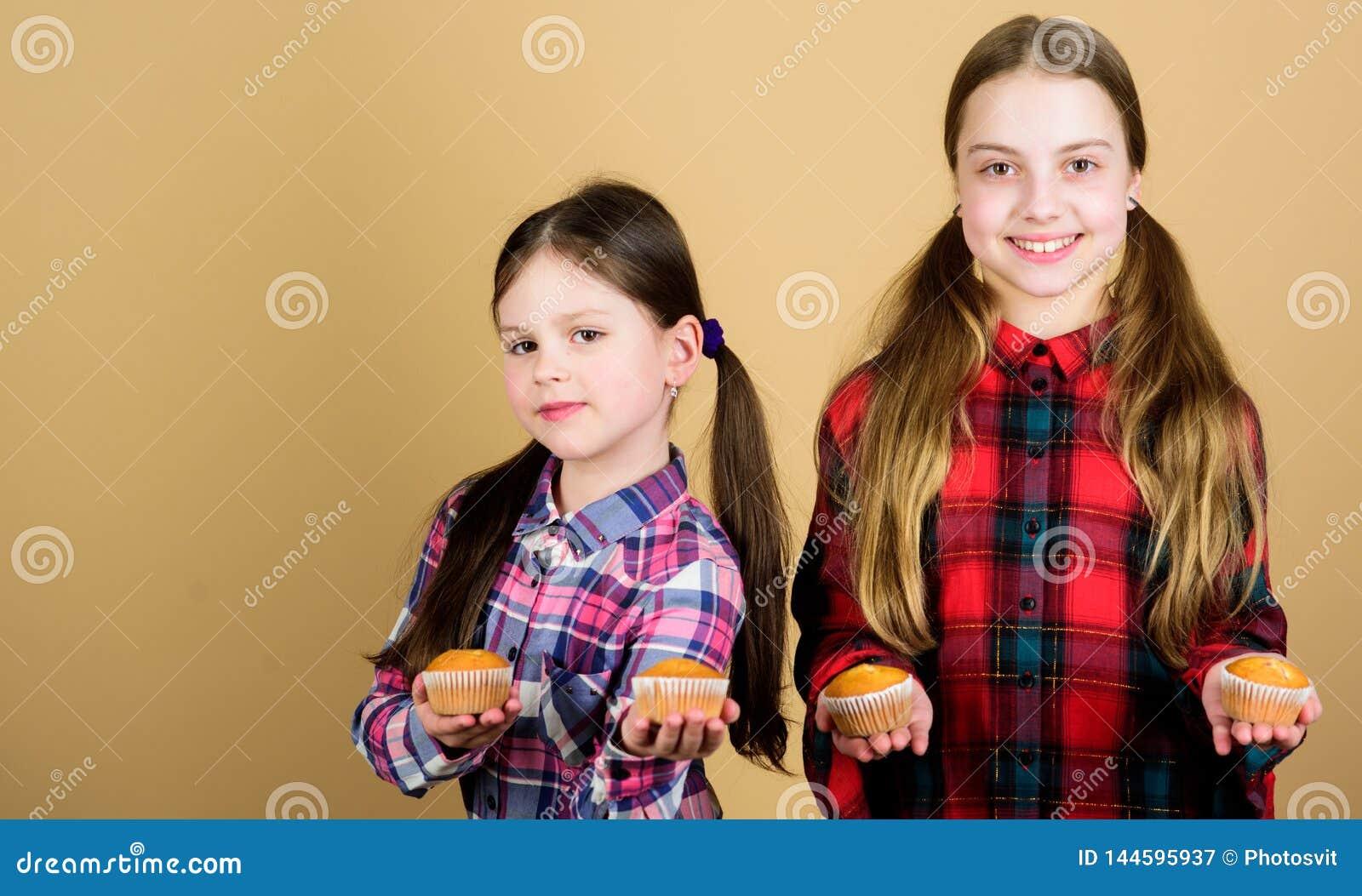 Les soeurs tiennent les petits pains cuits au four Nourriture faite maison Nutrition et calorie saines de régime Petits pains dél