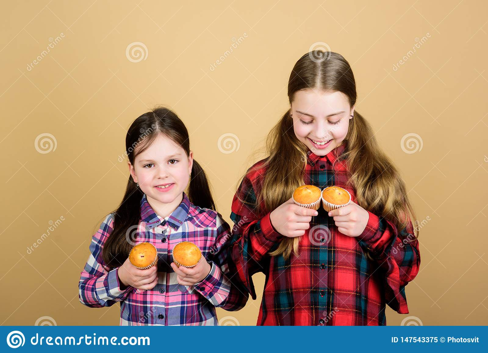 Les soeurs tiennent les petits pains cuits au four Nourriture faite maison Nutrition et calorie saines de r?gime Petits pains d?l