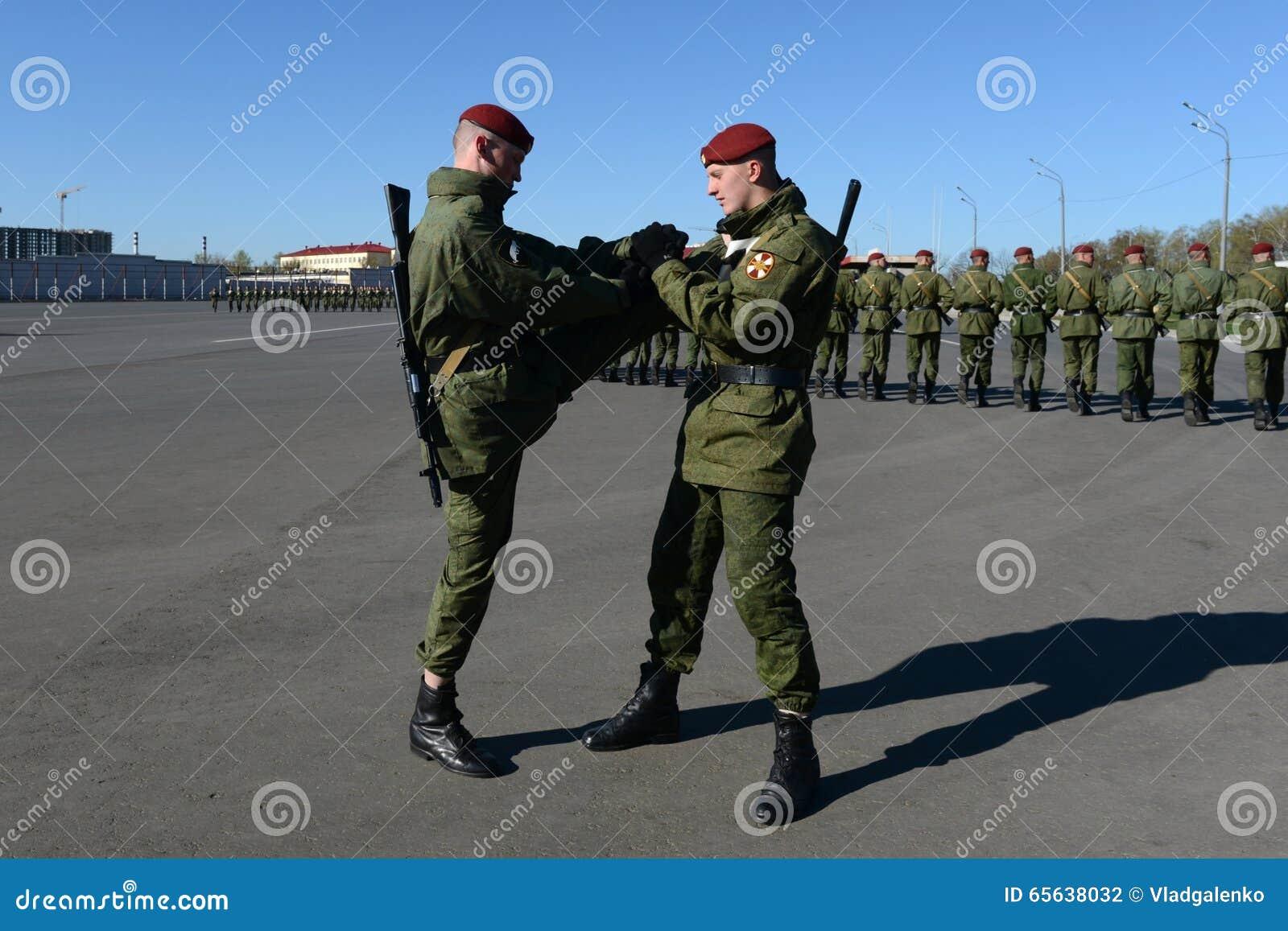 Les soldats des troupes internes du MIA de la Russie disposent à défiler dans la place rouge