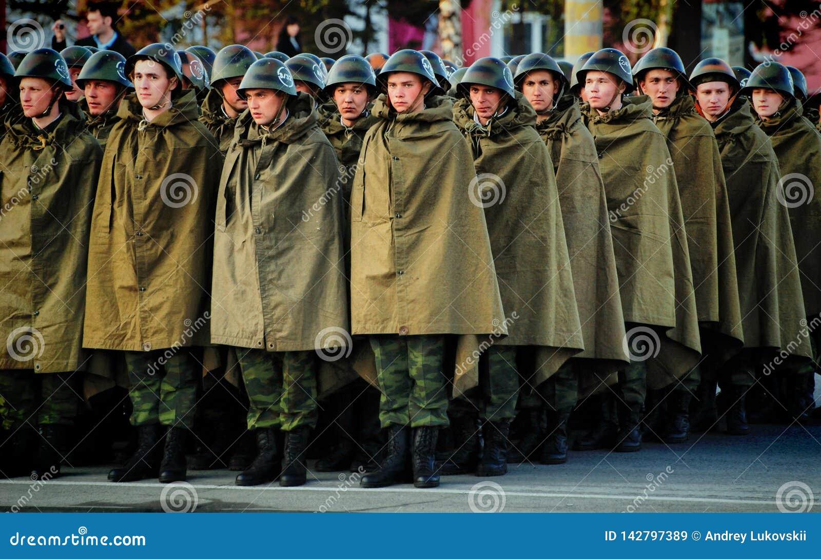 Les soldats russes sont dans les casques et des tentes d imperméable