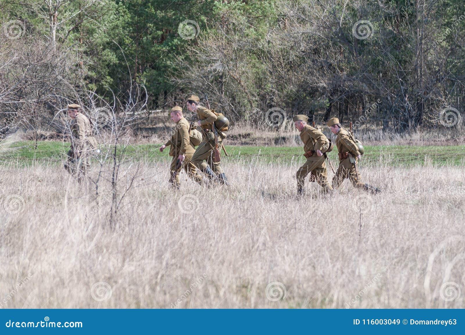 Les soldats soviétiques disposent à combattre Reconstruction des hostilités 2018-04-30 Samara Region, Russie