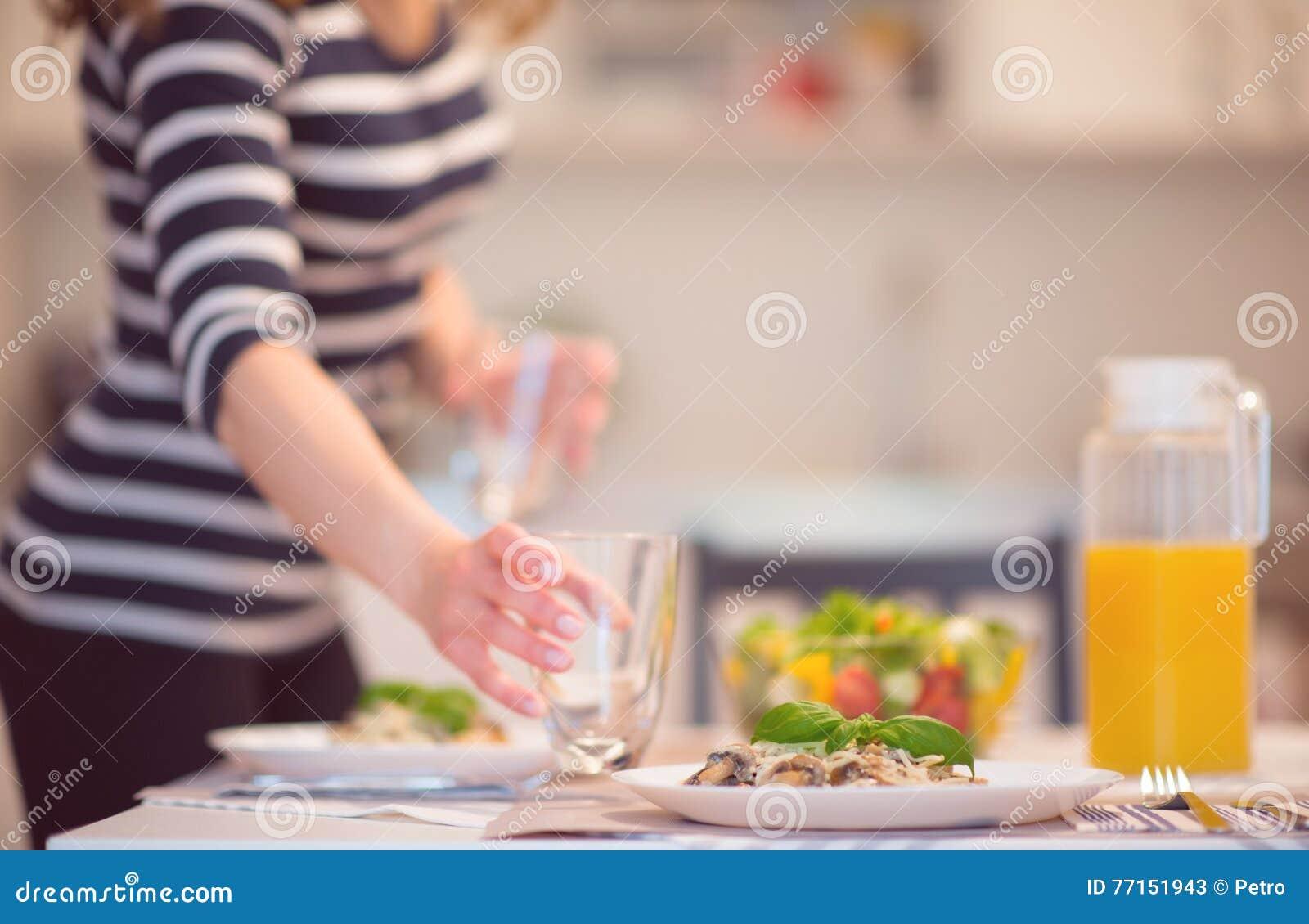 Les spaghetti frais avec la sauce aux champignons et le basilic crémeux poussent des feuilles